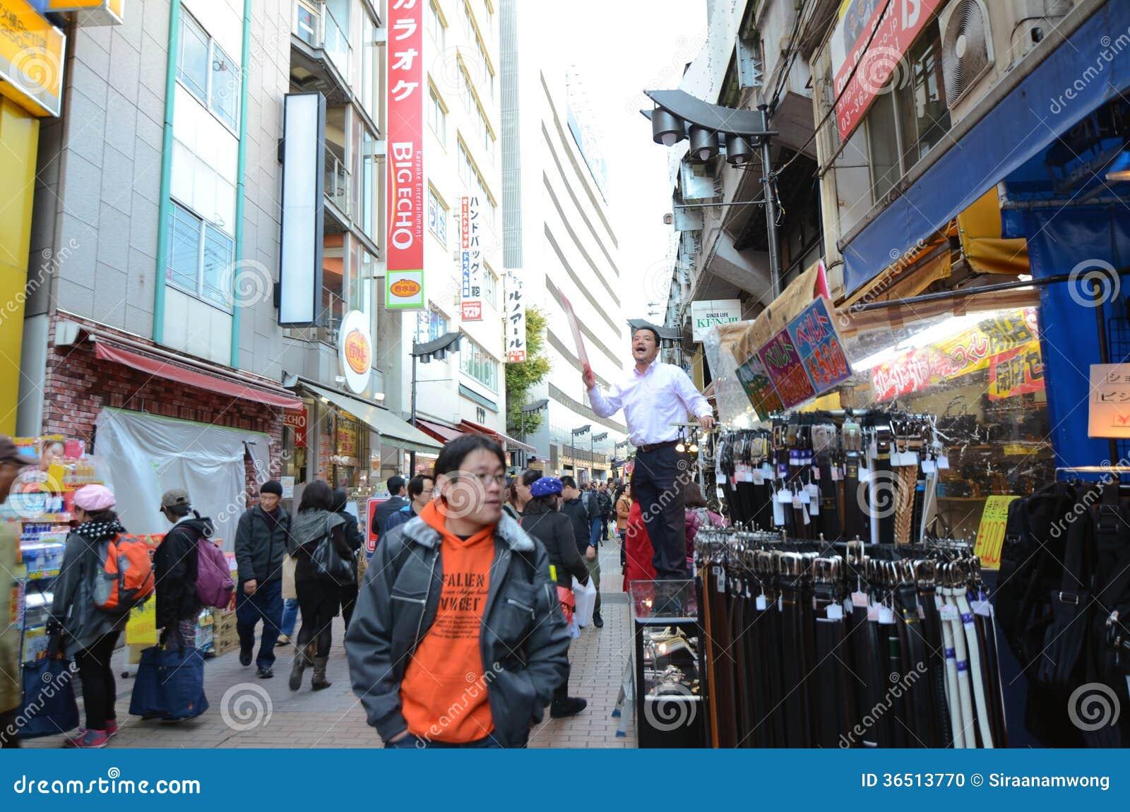 TOKYO, JAPON 22 NOVEMBRE 2013 : Ameyoko est la rue du marché, qui