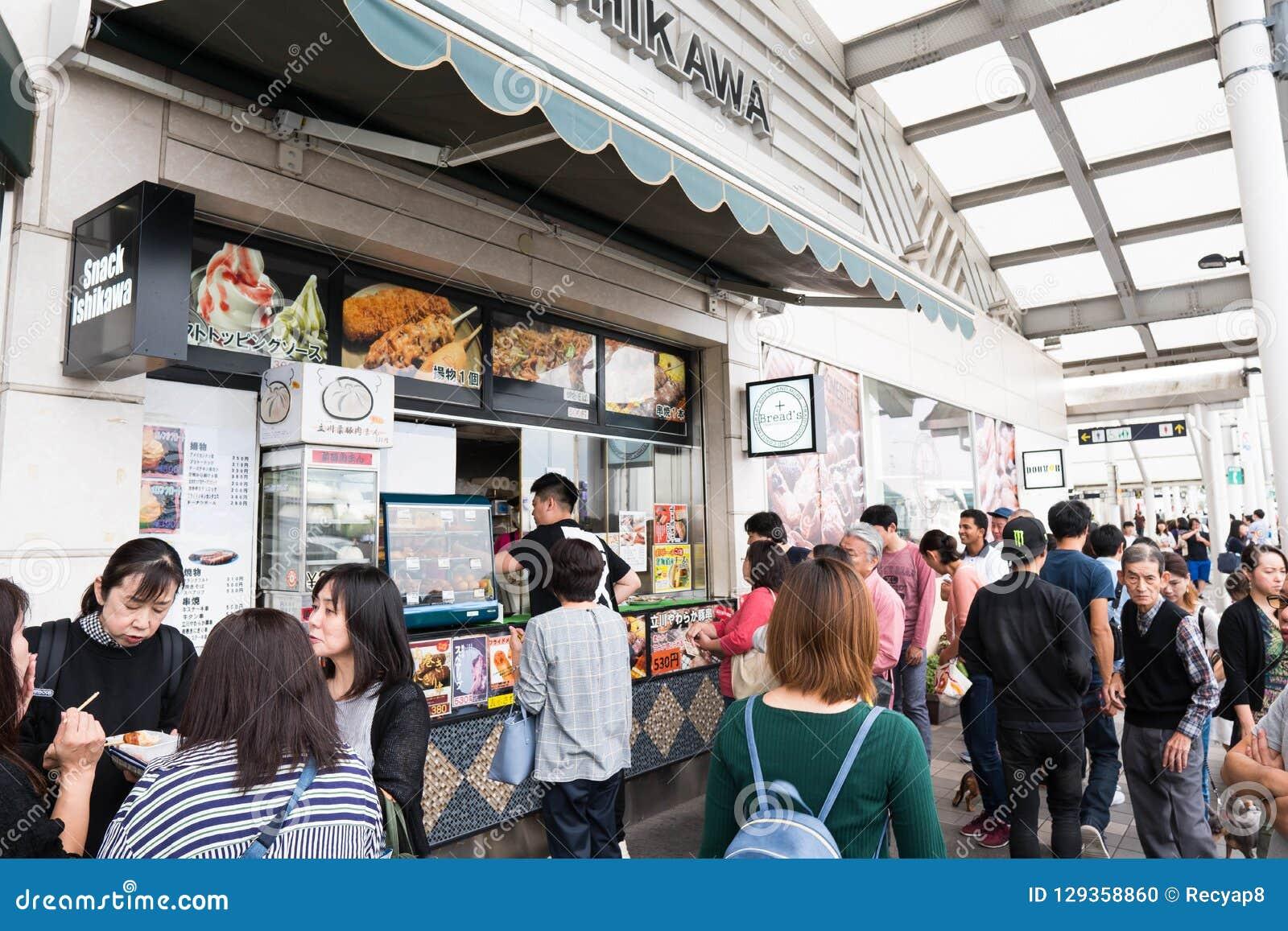 Tokyo, Japon - 6 octobre 2018 : à la gare routière complètement des personnes essayant d acheter des nourritures pour leur voyage