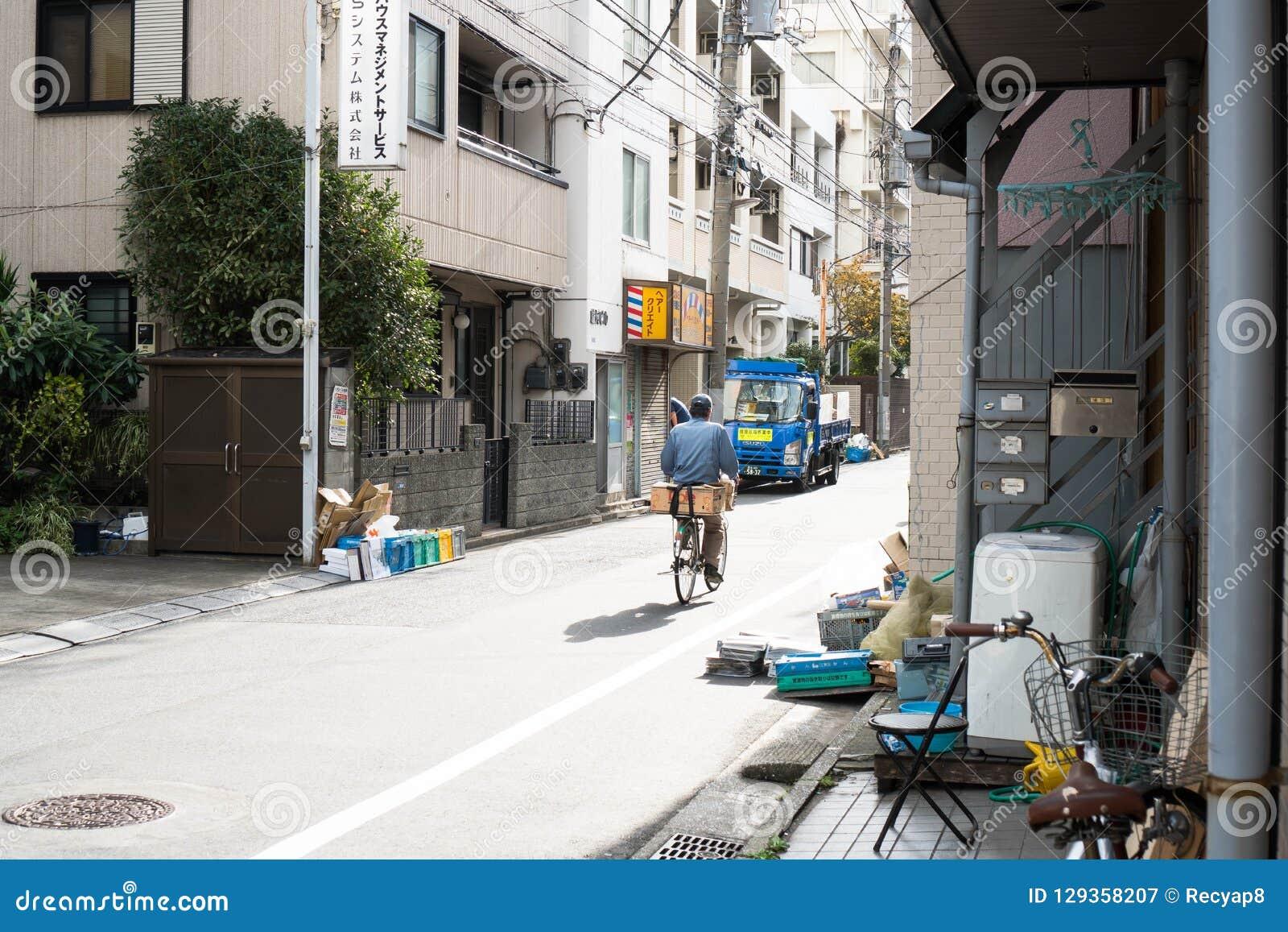 Tokyo, Japon - 9 octobre 2018 : un cycliste livrant des marchandises dans la rue intérieure du Japon