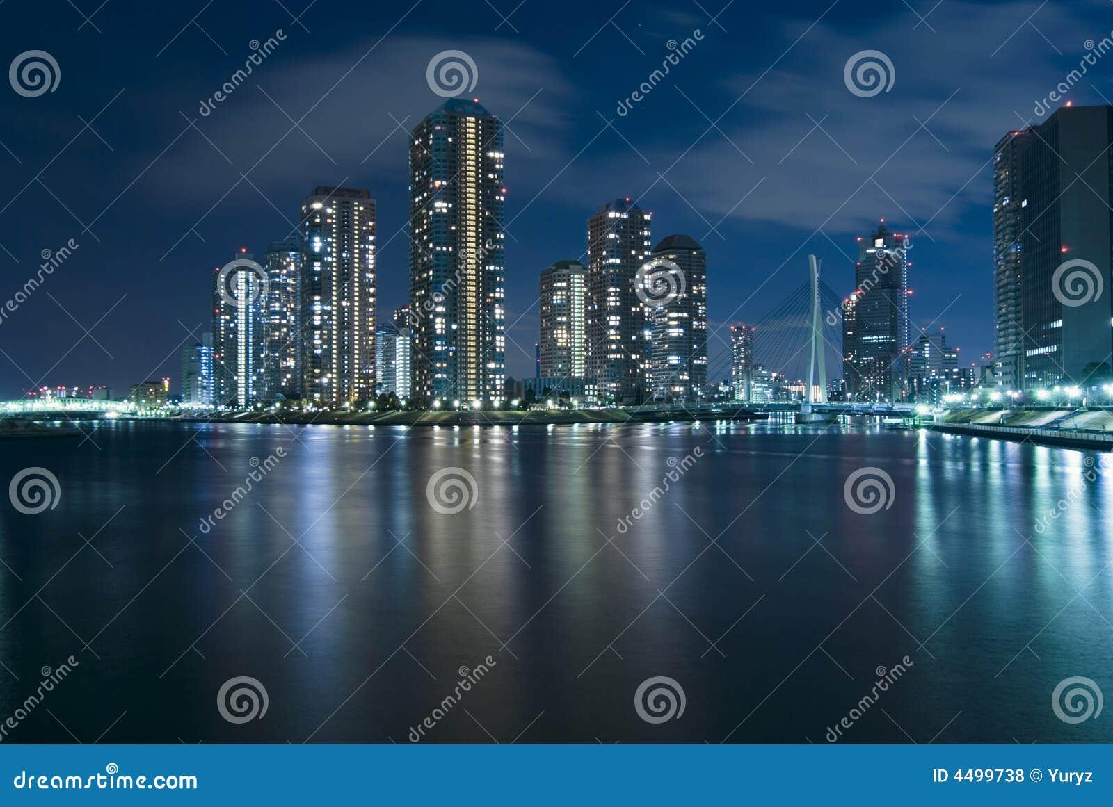 Tokyo moderno na noite
