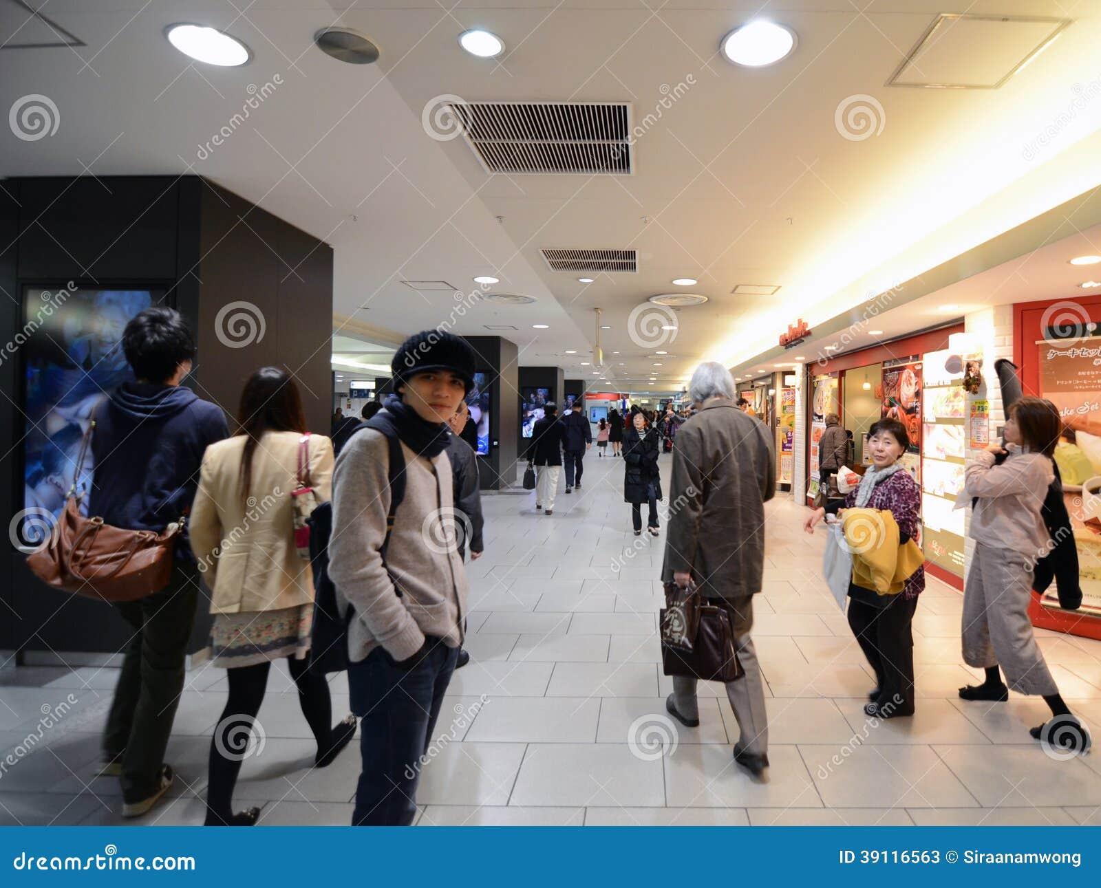 TOKYO - 23 NOV.: mensen in Shinjuku-station