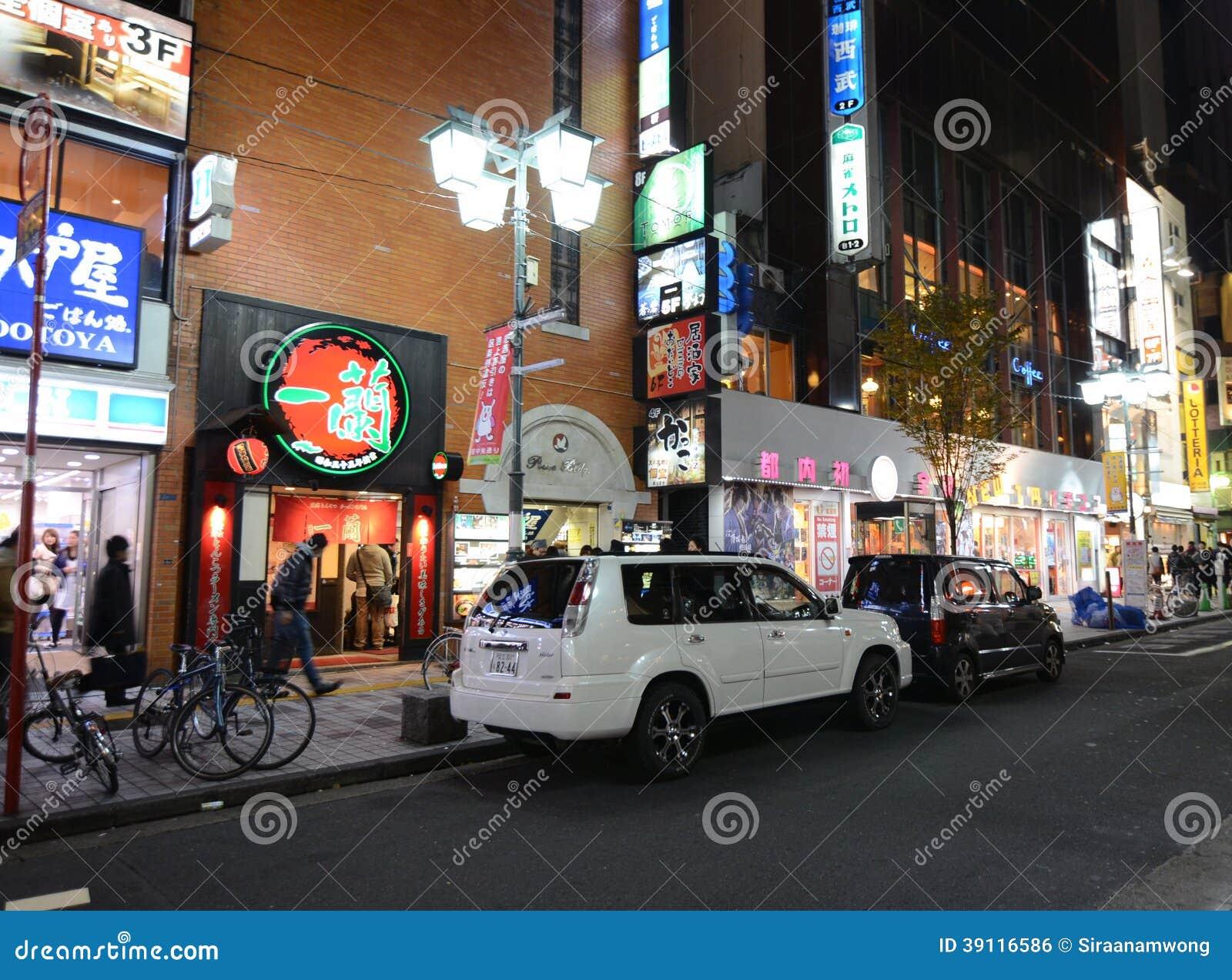 TOKYO - NOVEMBER 23: Het straatleven in Shinjuku