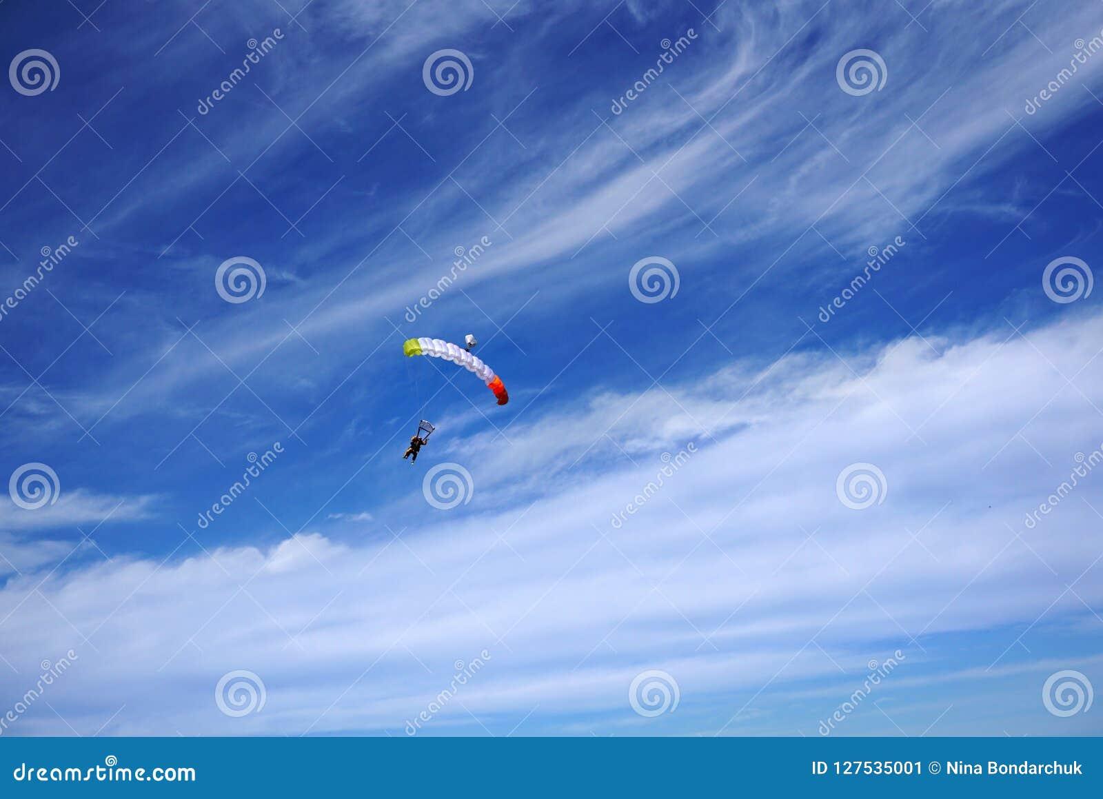 Toldo en tándem del color brillante con dos skydivers Los puentes son flyin