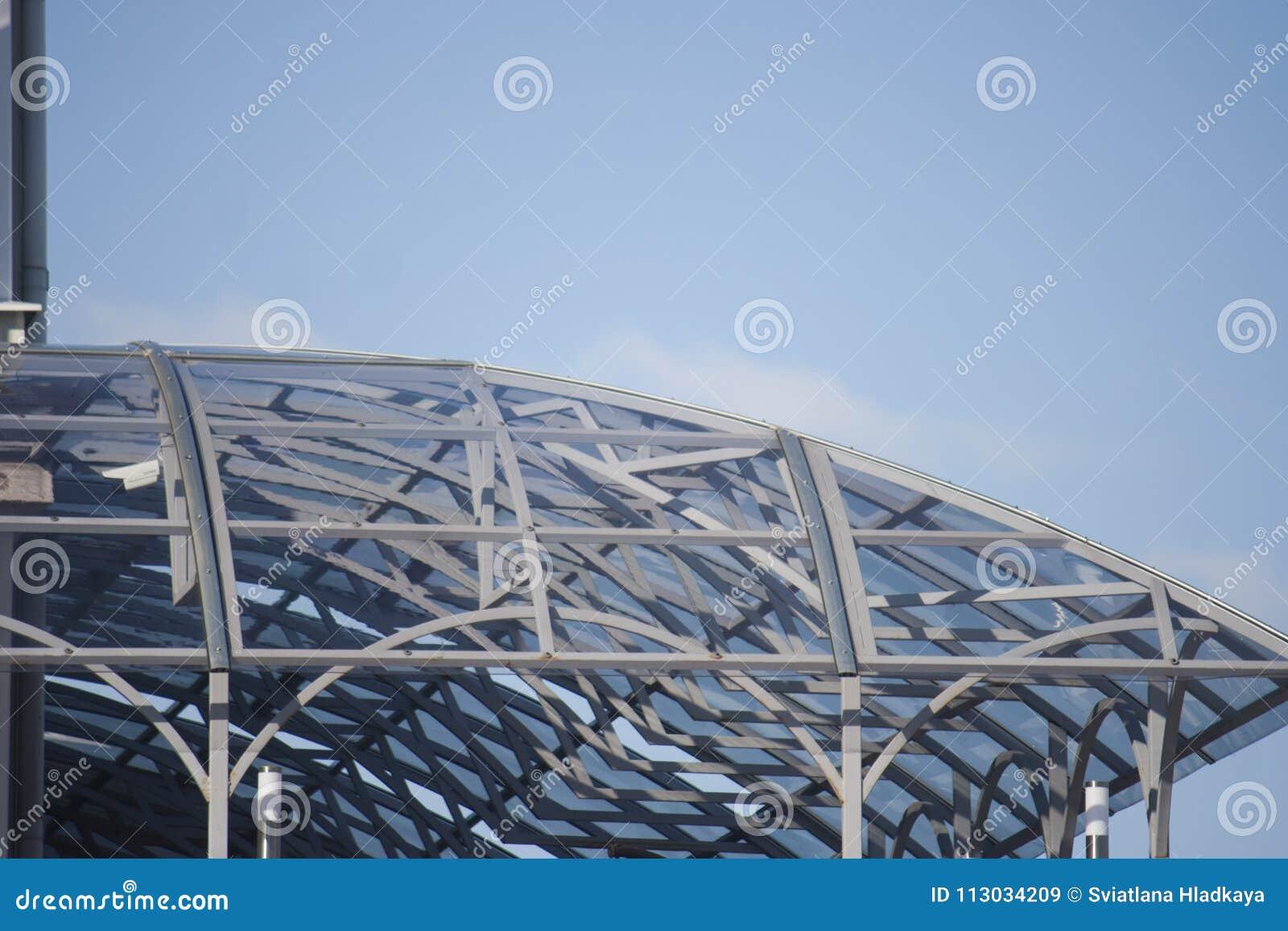 Toldo hecho de las estructuras del metal