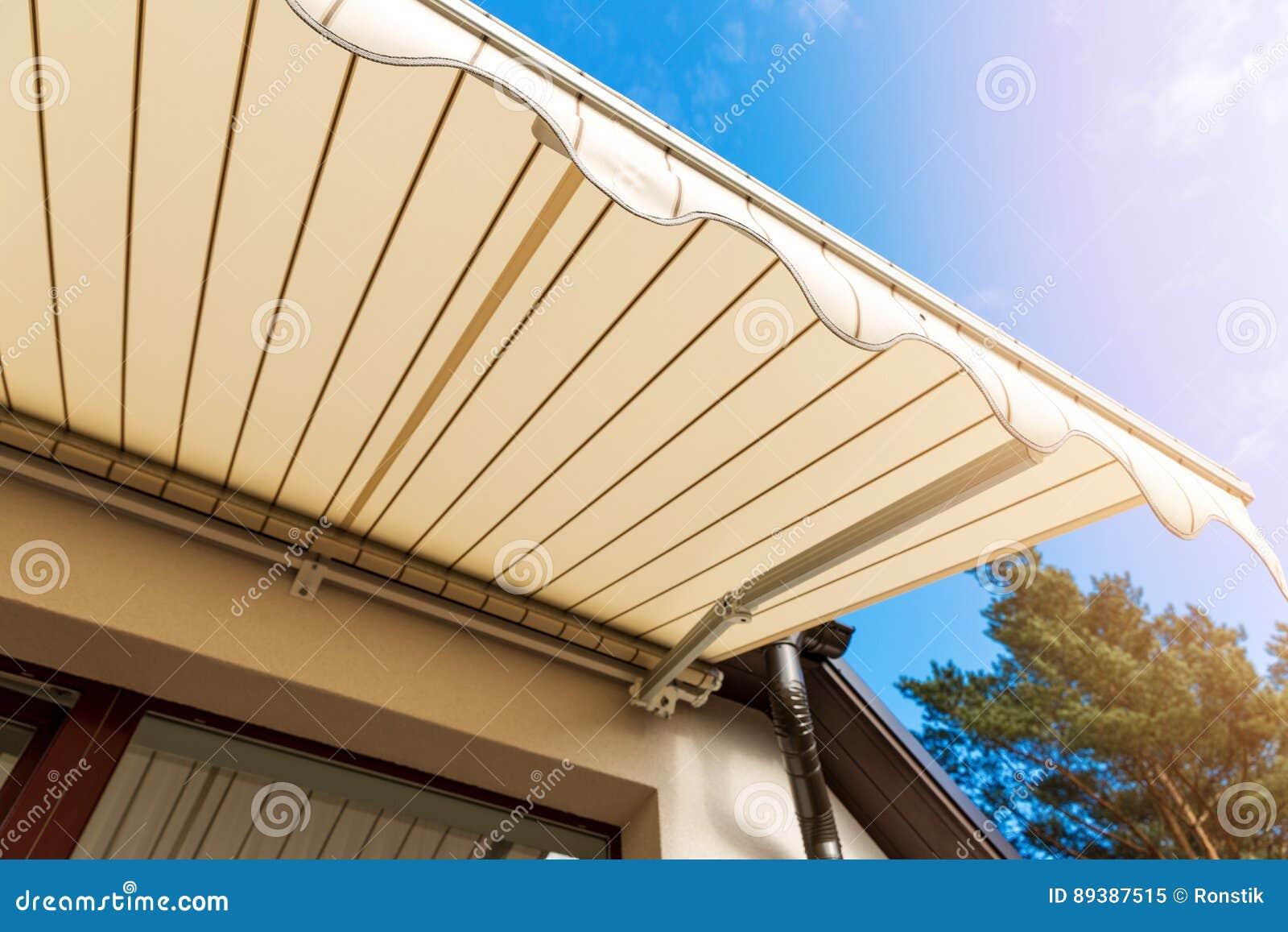 Toldo sobre a janela do balcão contra o céu azul