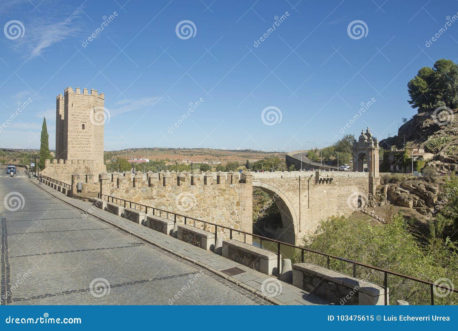 Toledo, Castilla La Mancha/Spanje 19 oktober, 2017 Bridge DE Alcantara is één van de gateways aan de stad