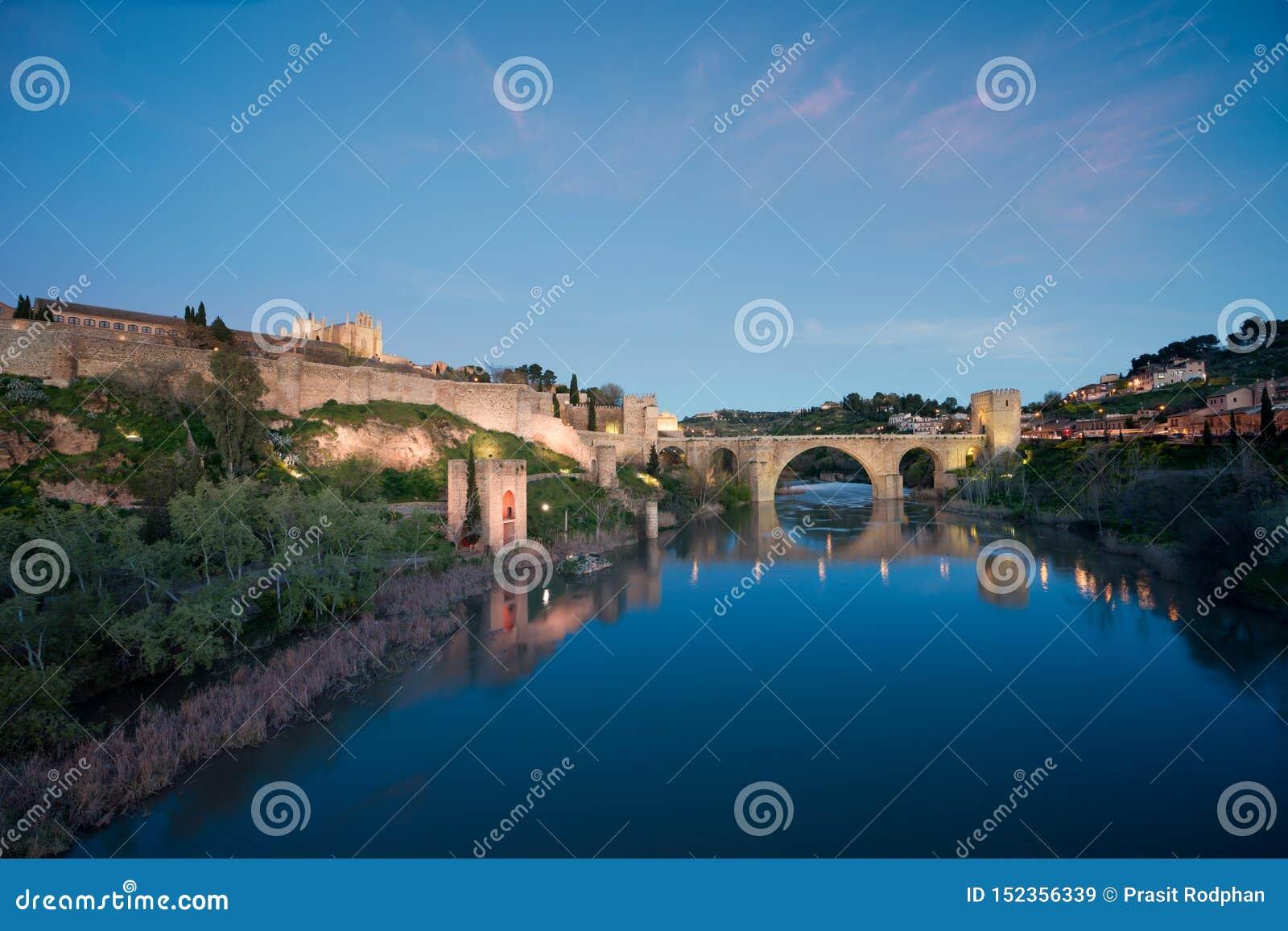 Toledo stad i natt Landskap av Toledo, UNESCOv?rldsarv Historisk byggnad n?ra Madrid, Spanien