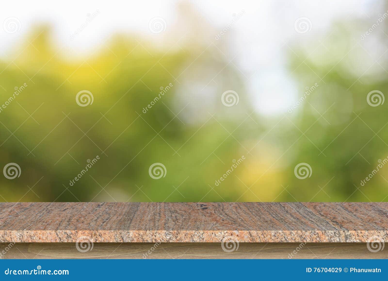 Tom överkant av den granitstentabellen eller räknaren på suddig gräsplanbac