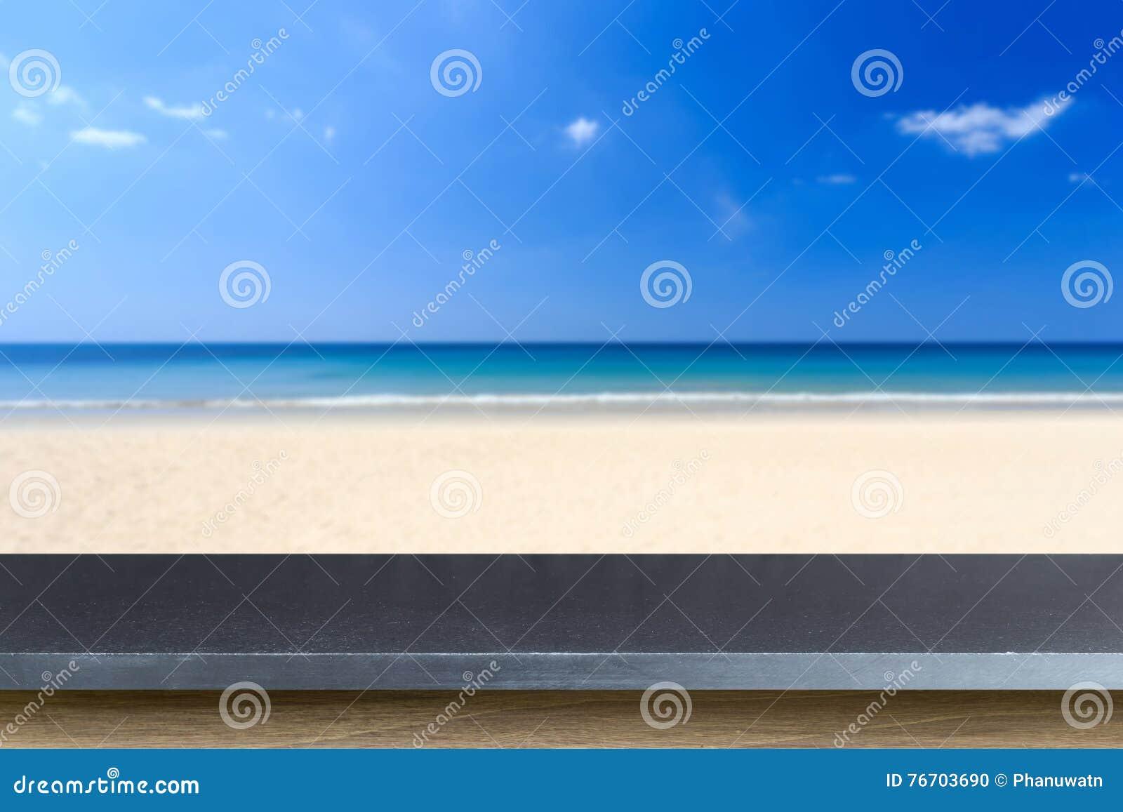 Tom överkant av den naturliga stentabellen och sikt av den tropiska stranden tillbaka