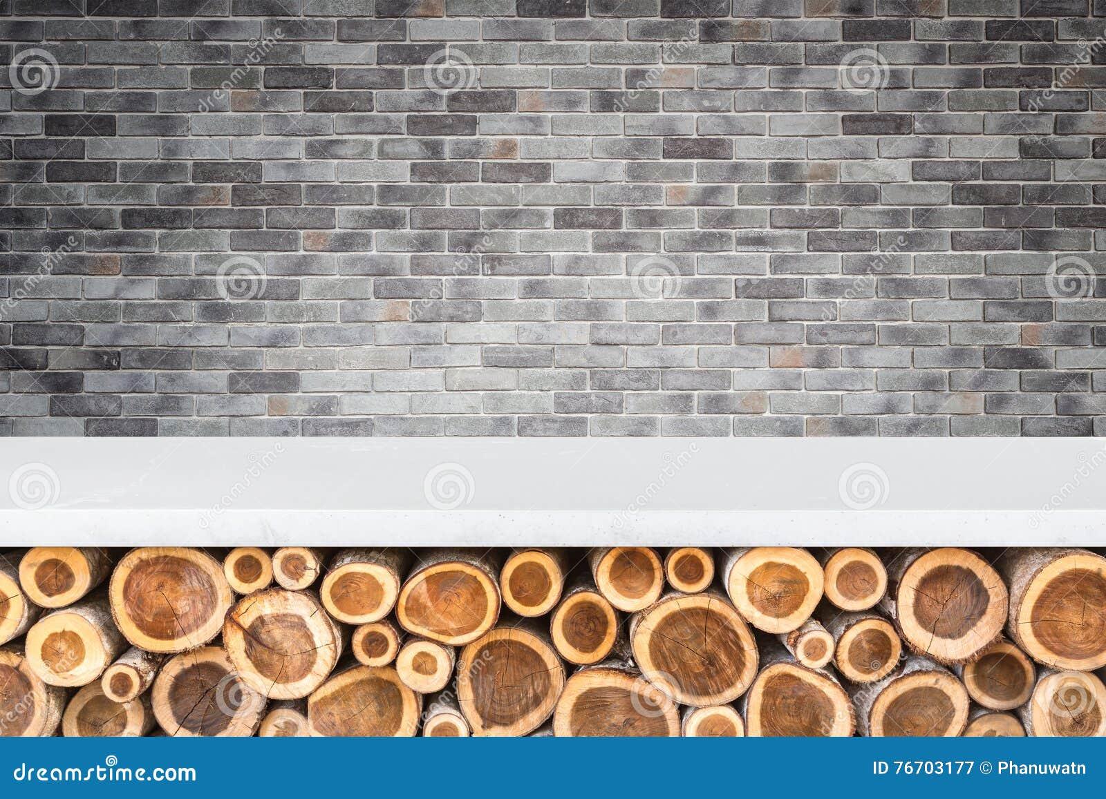 Tom överkant av den stentabellen eller räknaren med högen av den wood inloggningsstoen