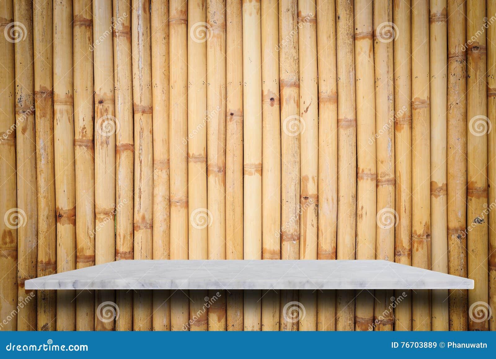 Tom överkant av naturlig stenhyllor och bambuväggbakgrund
