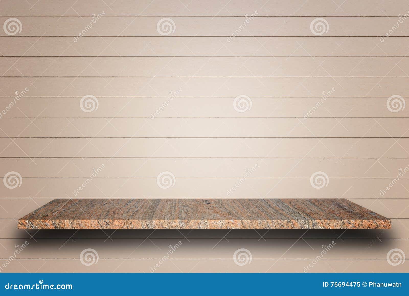 Tom överkant av naturliga stenhyllor och träväggbakgrund