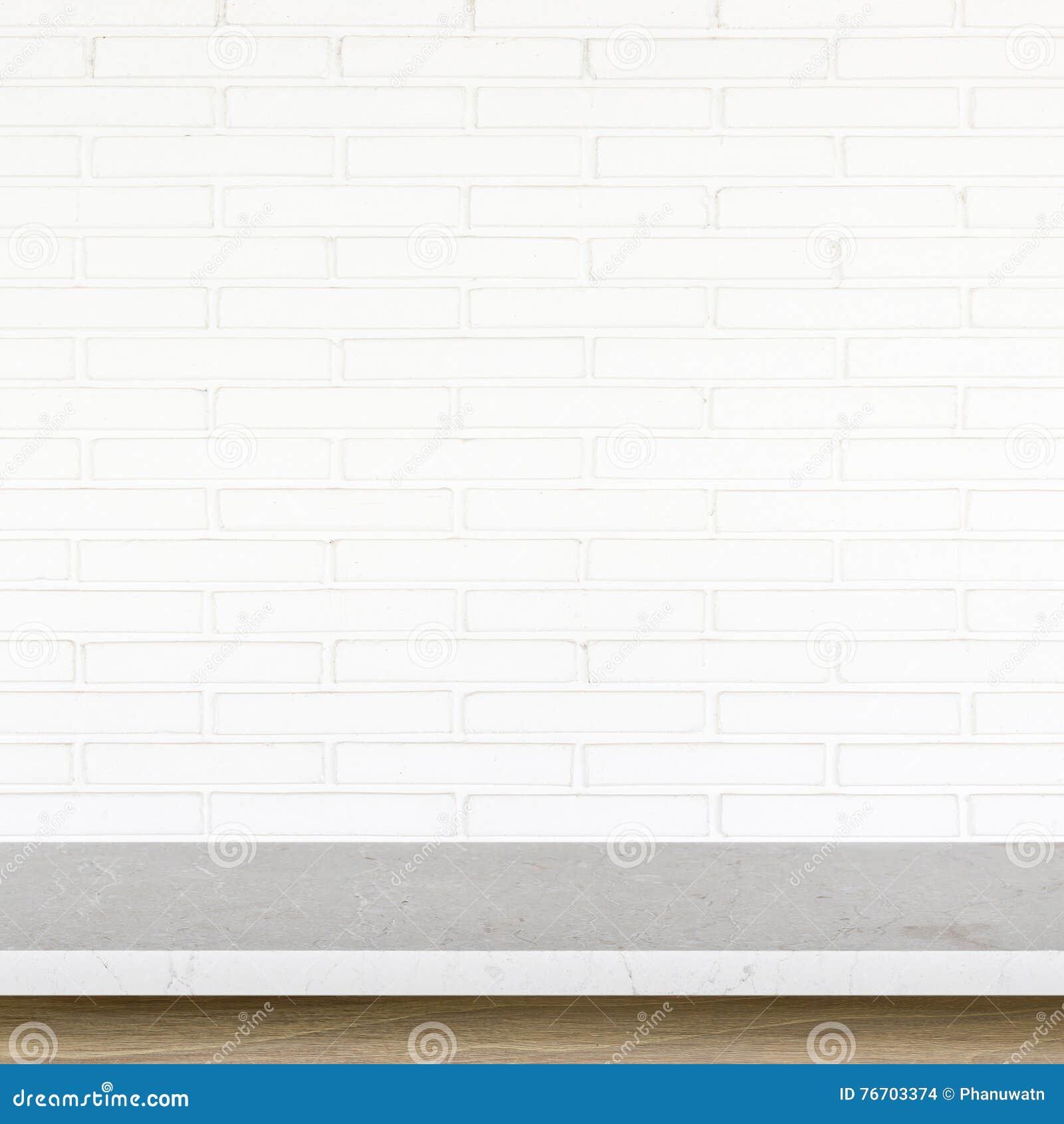Tom överkant av stentabellen på vit bakgrund för tegelstenvägg