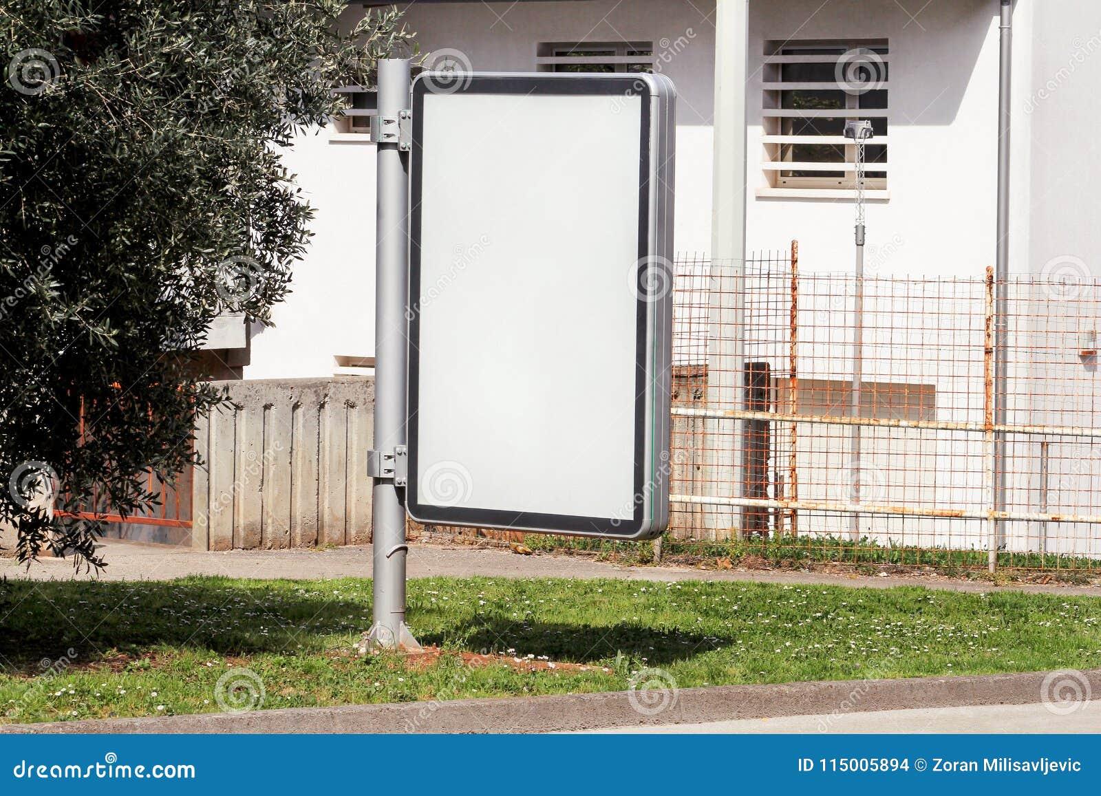 Tom affischtavla med kopieringsutrymme för ditt textmeddelande eller innehåll som utomhus annonserar upp åtlöje, bräde för offent