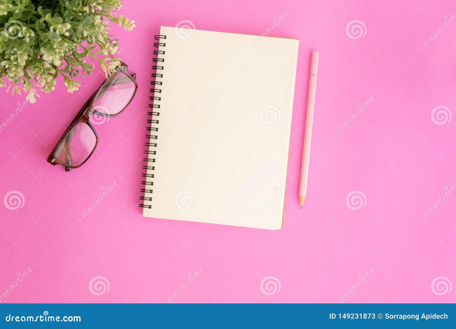 Tom anteckningsbok och blyertspenna på rosa bakgrund, plant lekmanna- foto av anteckningsboken för ditt meddelande