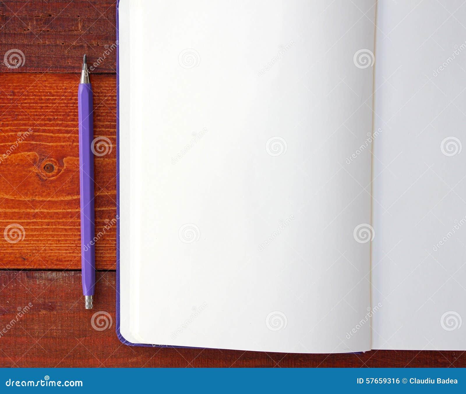 Tom anteckningsbok och blyertspennor