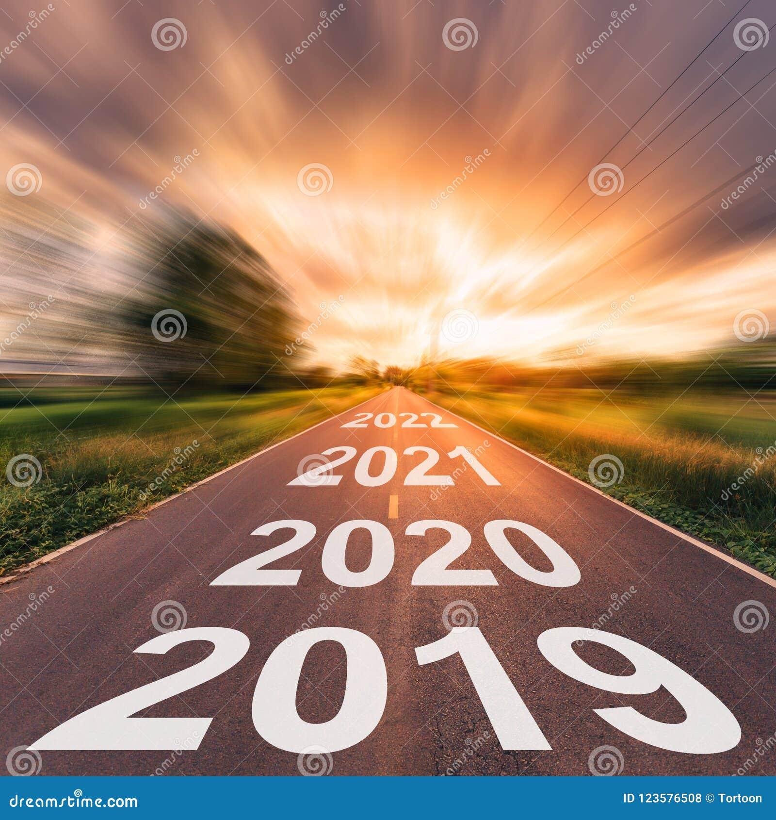 Tom asfaltväg och begrepp 2019 för nytt år Körning på en empt