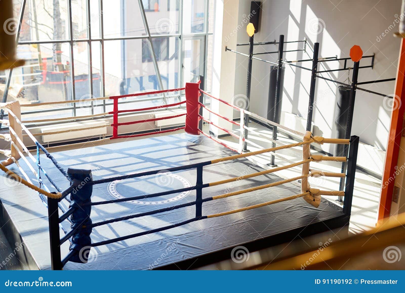 Tom boxningsring i kampklubba