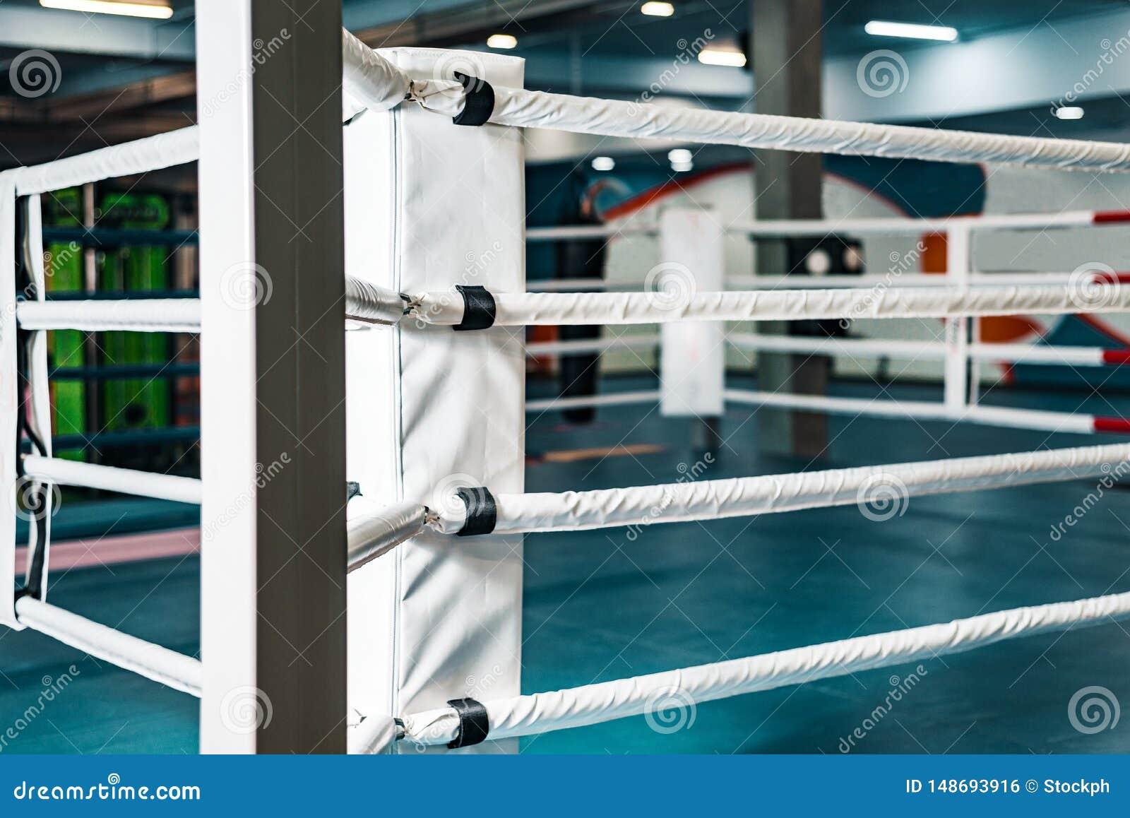 Tom boxningsring inget i idrottshallen