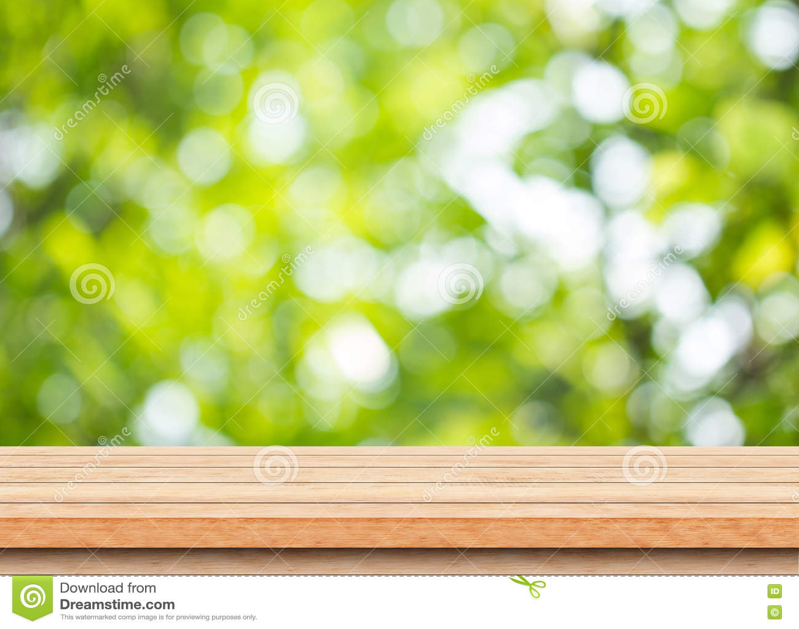 Tom brun wood tabellöverkant med bakgrund för bokeh för suddighetsgräsplanträd