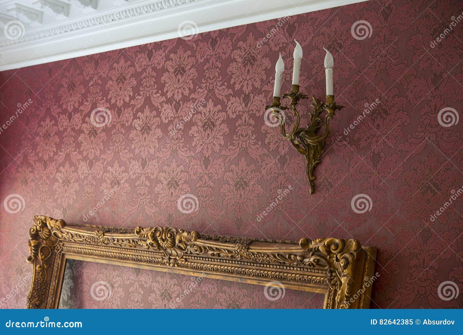 Tom guld- ram med stuckaturen i rummet