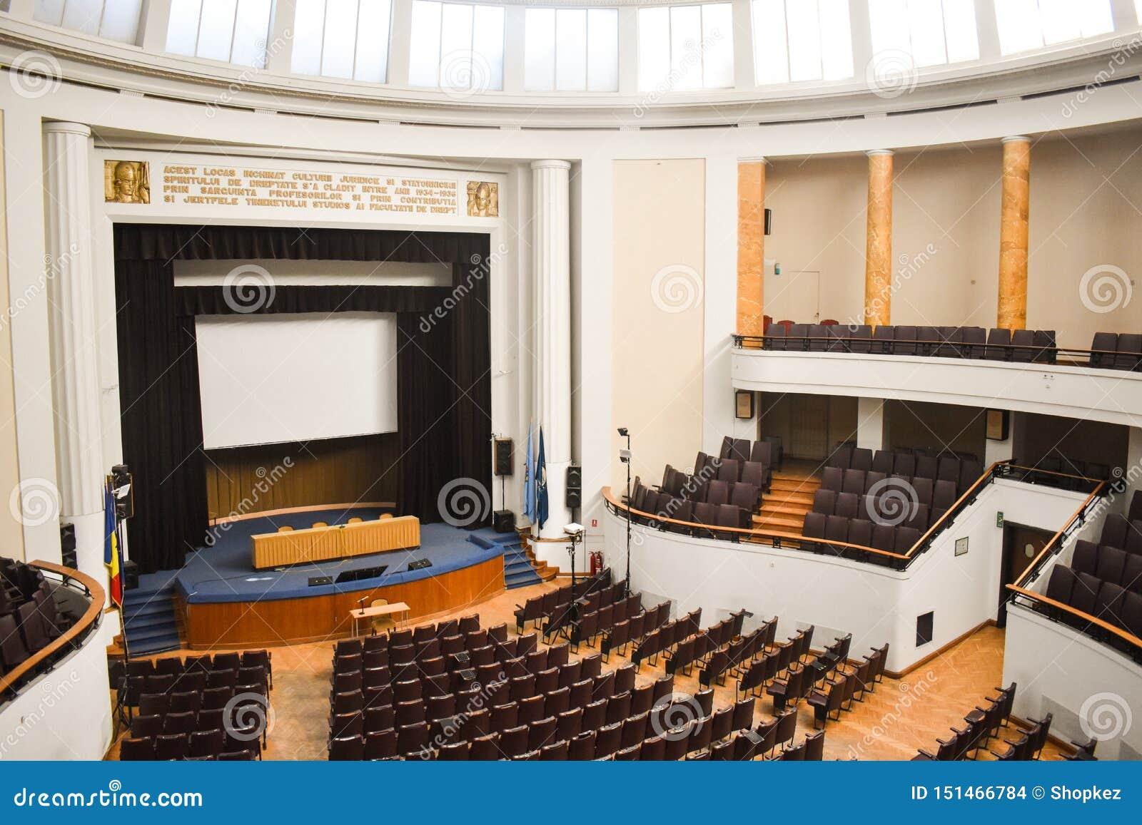 Tom konferenskorridor som förbereds för toppmötegäster med europeisk union och NATO-flaggor Rymlig salong med rader av stolar,