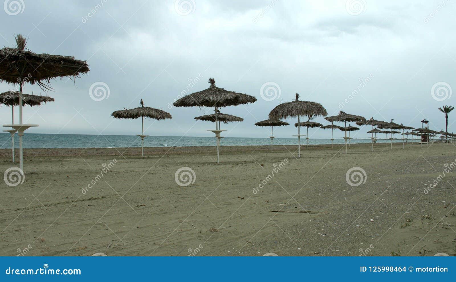 Tom sjösidastrand, kallt väder på den populära sommarsemesterorten under låg säsong