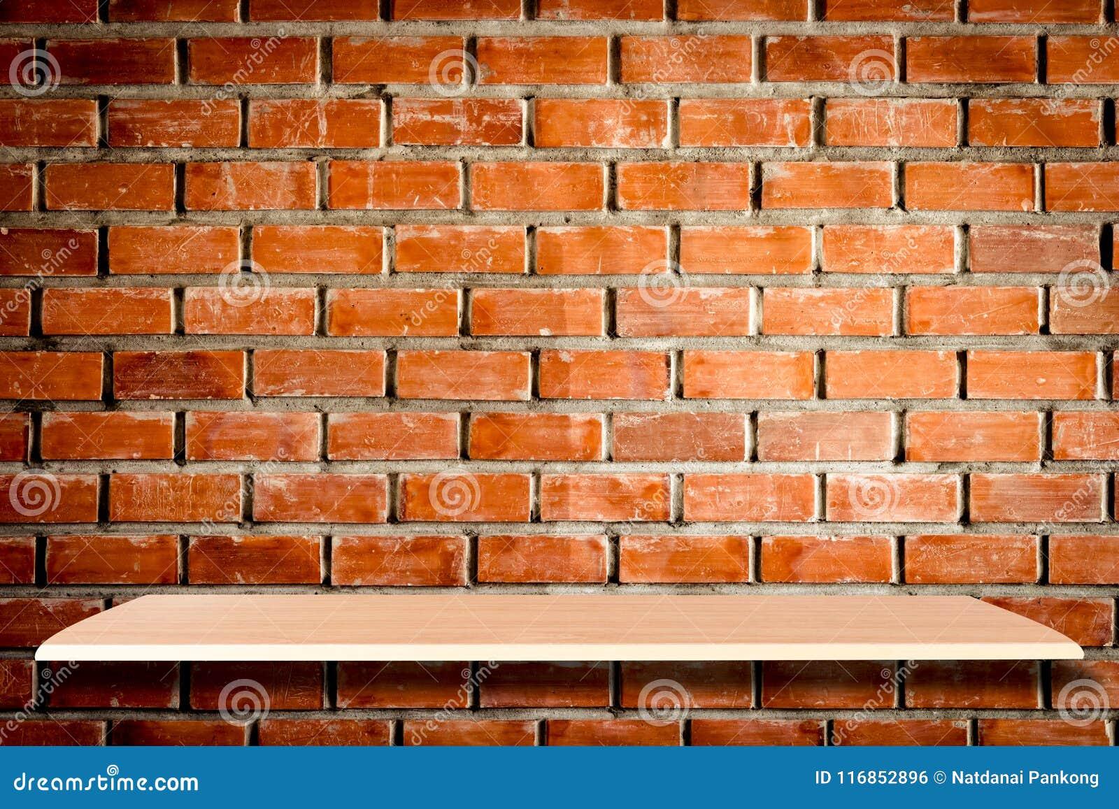 Tom trähyllor och bakgrund för tegelstenvägg för produkt