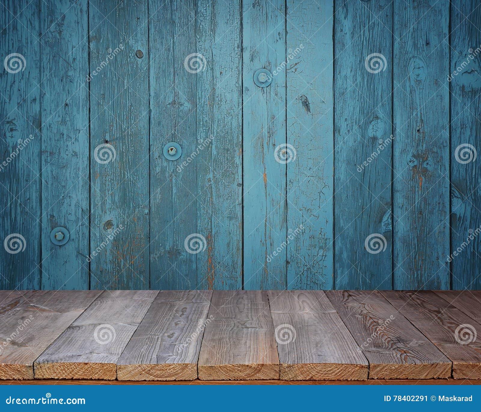 Tom trätabell på en bakgrund av den blåa väggen