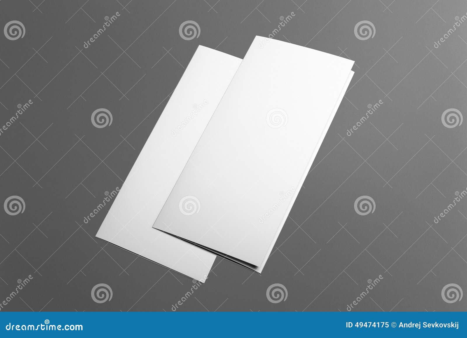 Tom trifold broschyr som isoleras på grå färger
