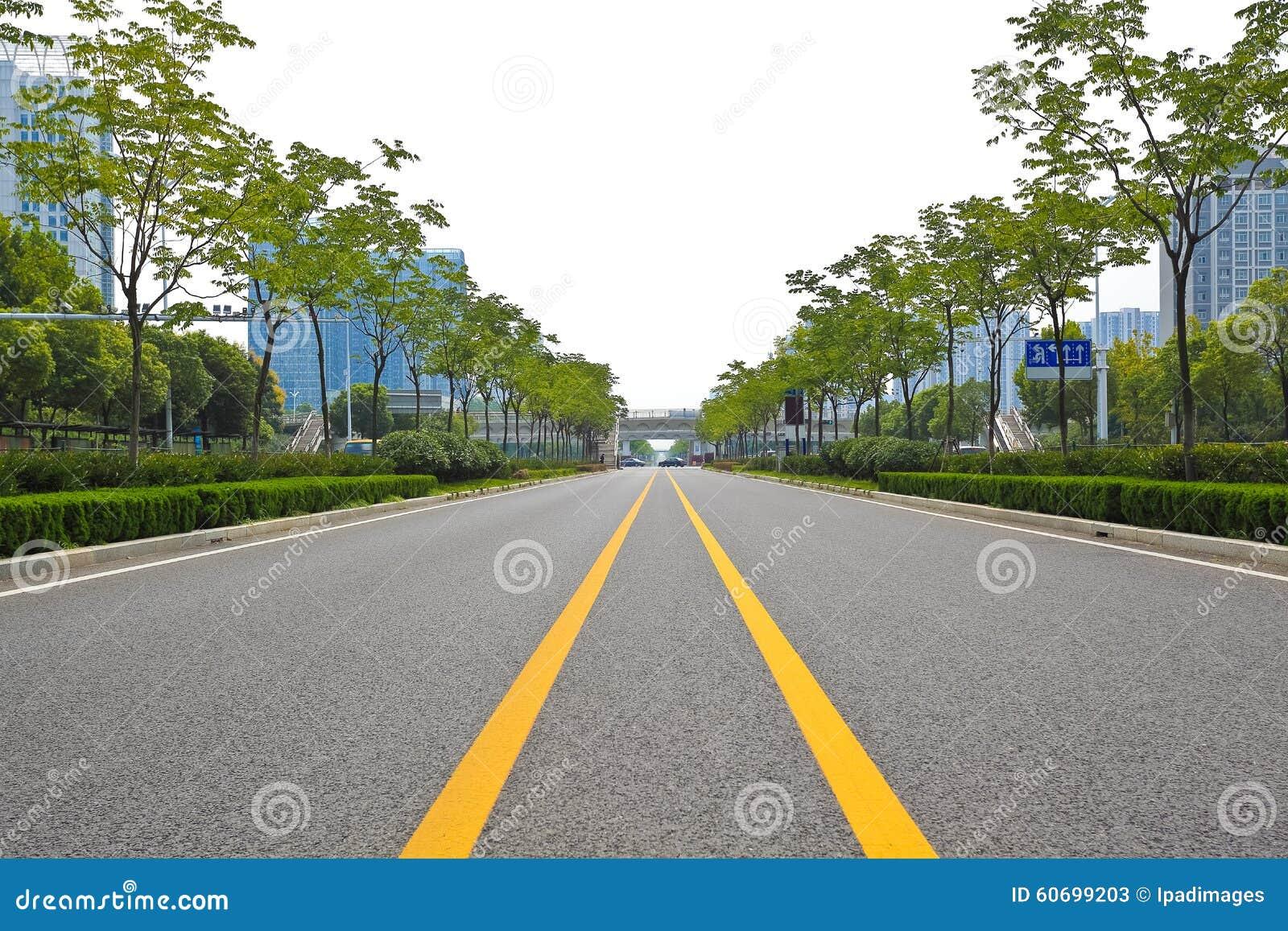 Tom vägyttersida med modern stadsbyggnadsbakgrund