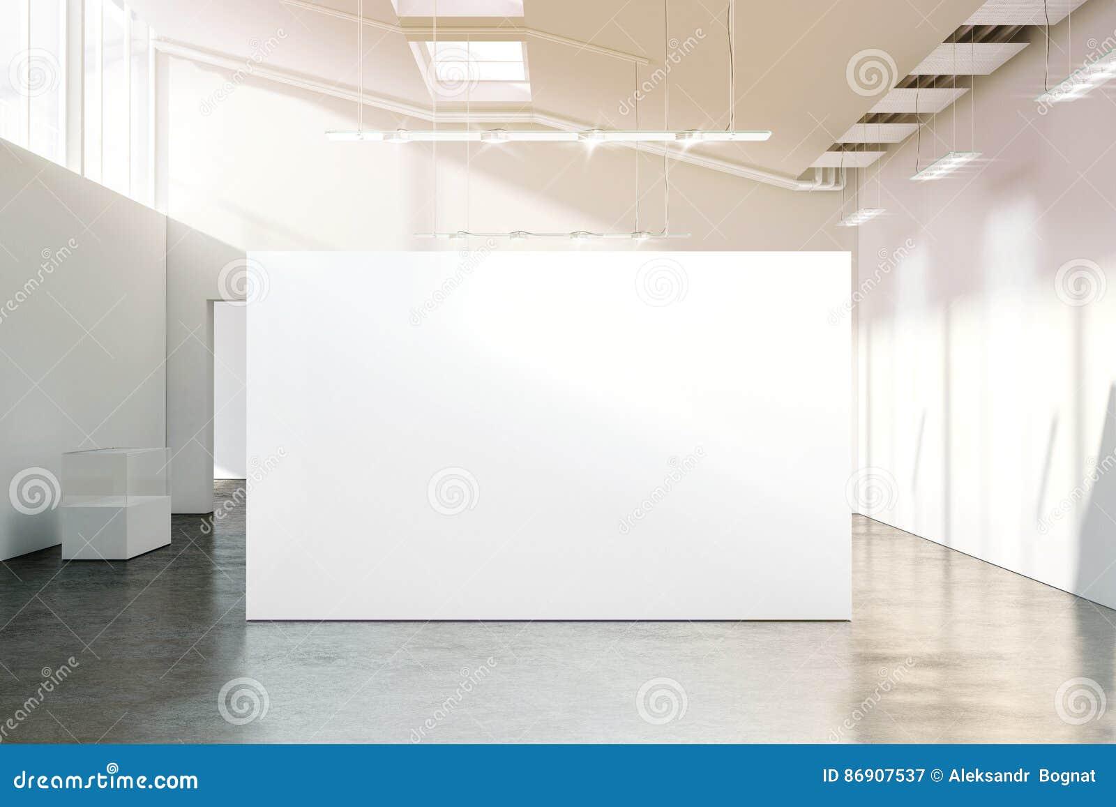 Tom vit väggmodell i soligt modernt tomt museum