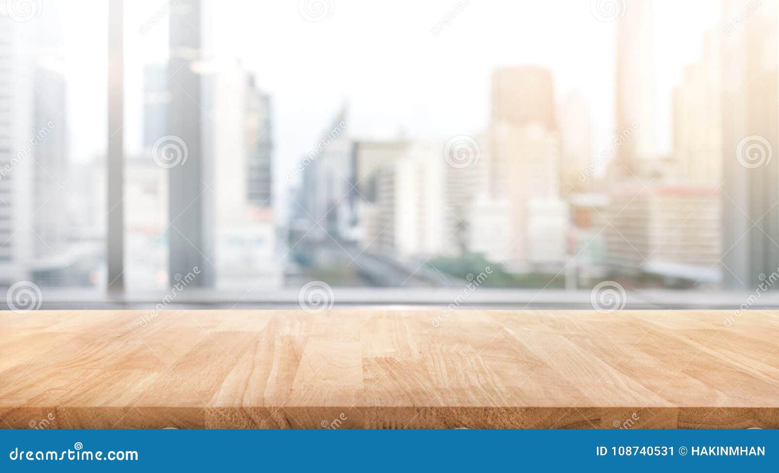 Tom wood tabell med sikt för suddighetsrumkontor och fönsterstads