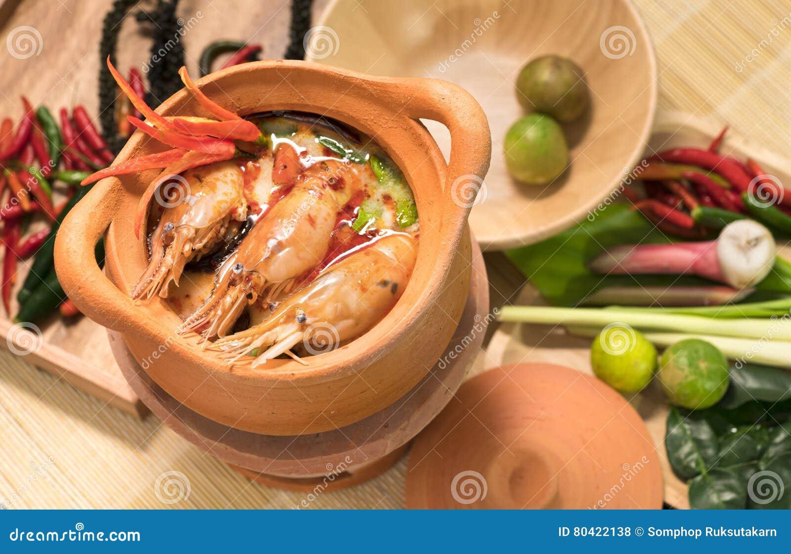 Tom Yum Goong em uma culinária tailandesa tradicional do alimento da sopa picante do potenciômetro de argila em Tailândia no fund