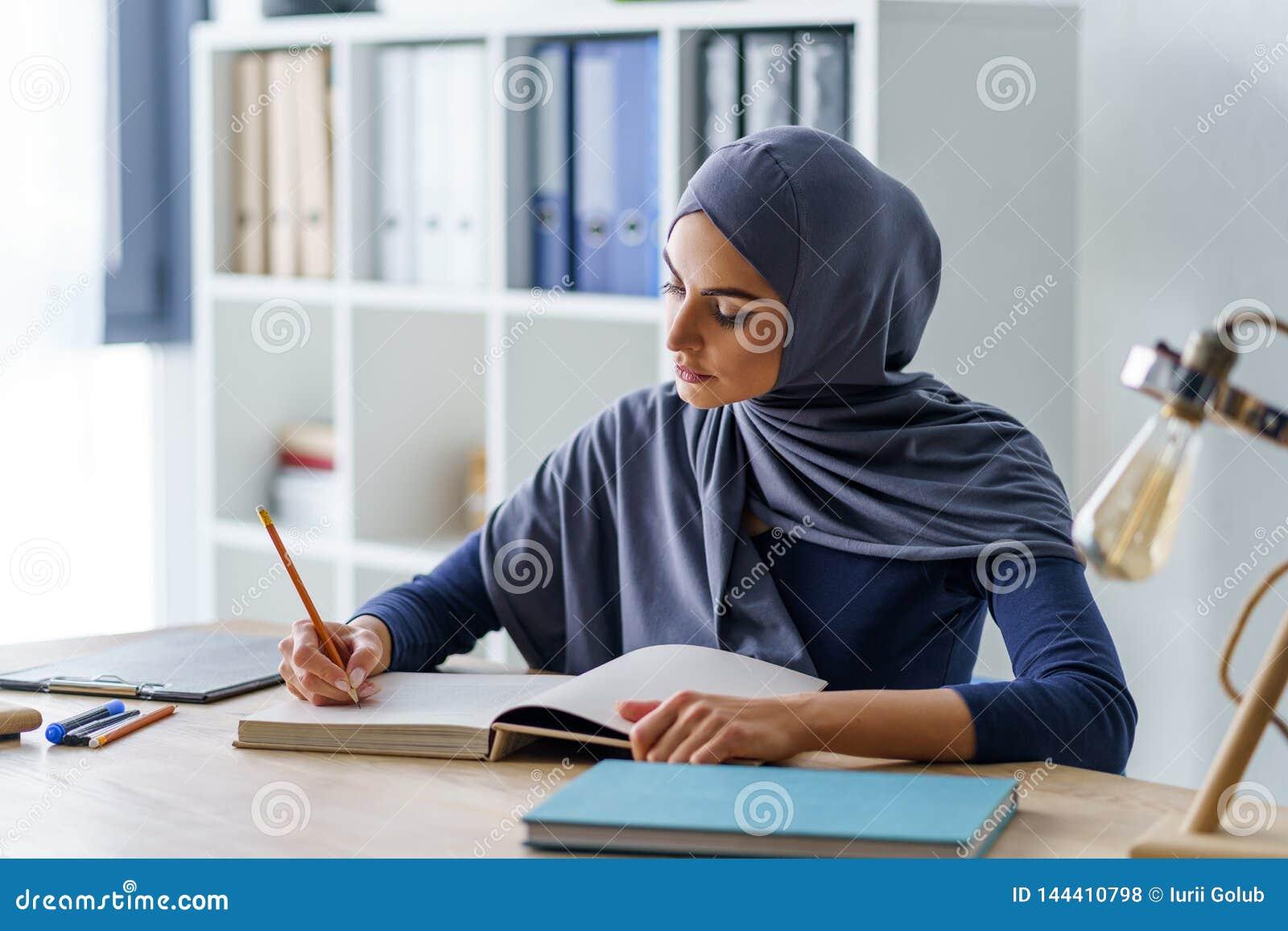Tomada muçulmana fêmea do professor