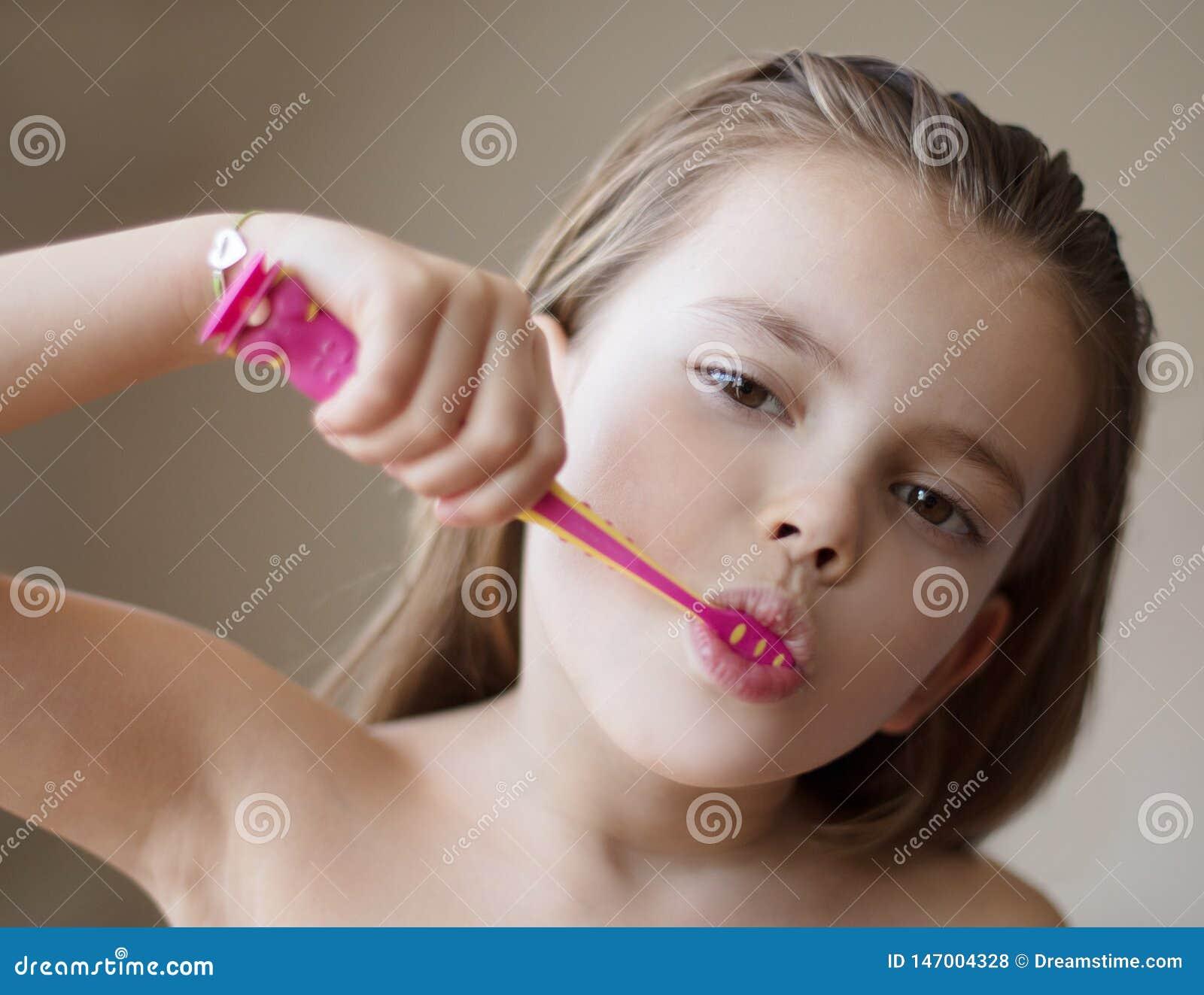 Tomando de seus dentes de uma idade nova