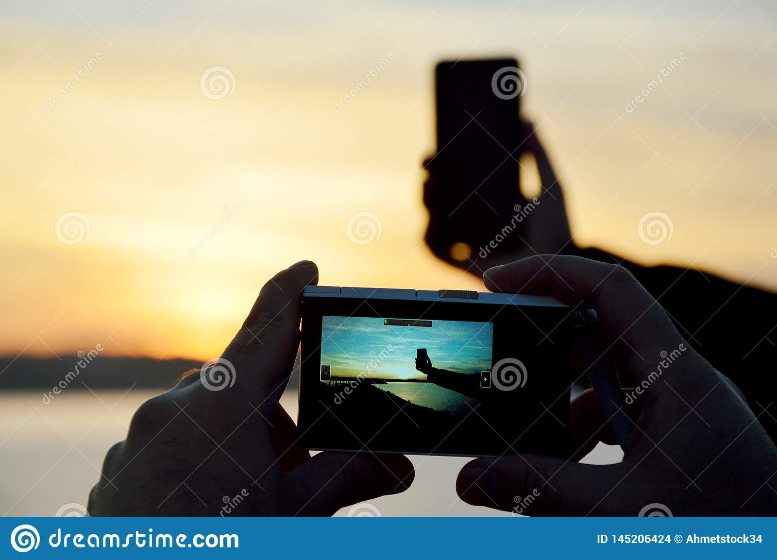 Tomando a foto esperta do telefone com c?mara digital