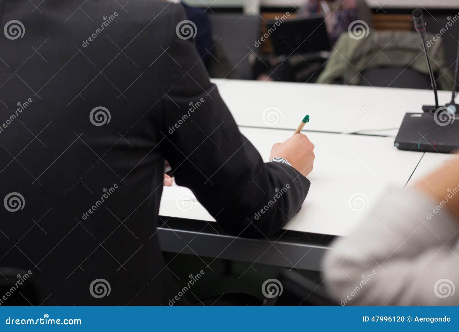 Tomando notas em meting do negócio