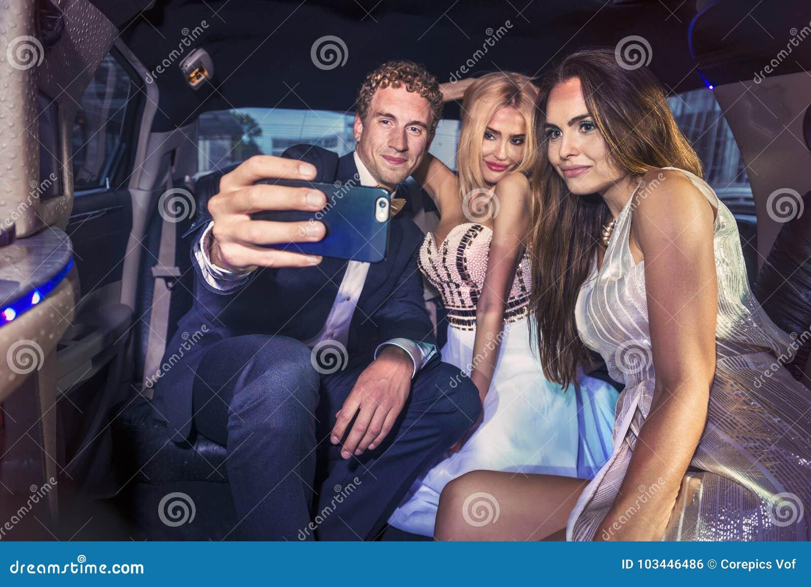 Tomando um selfie na parte de trás de uma limusina