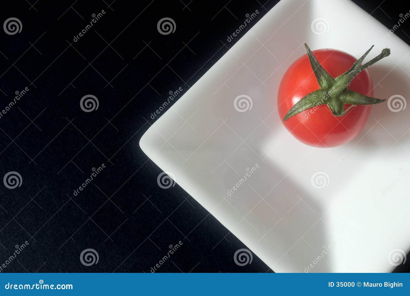 Tomate auf einem quadratischen Teller