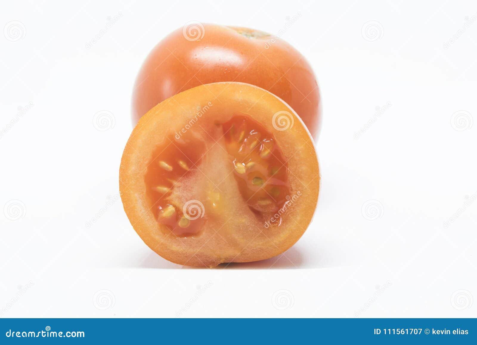 Tomate auf einem weißen Hintergrund