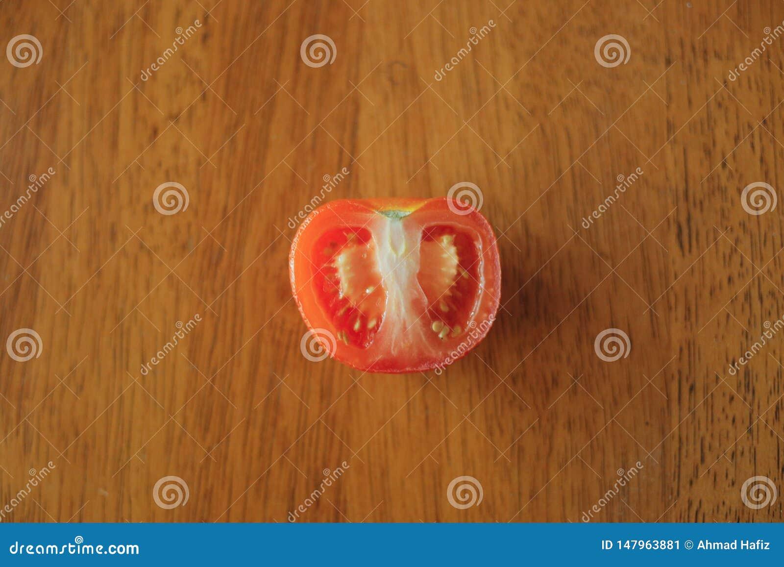 Tomate auf Holztischhintergrund