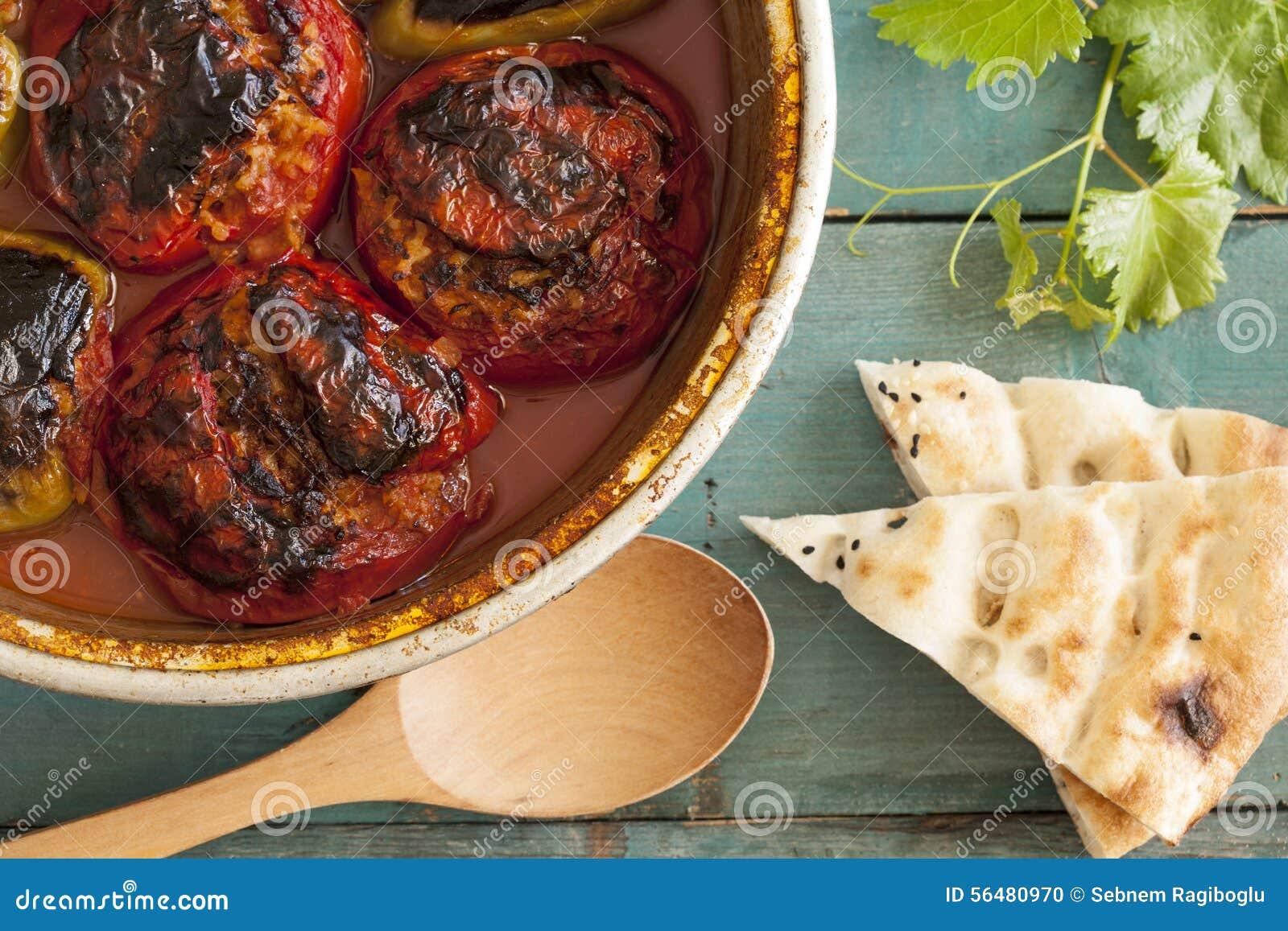 Tomate bourrée dans la casserole de cuivre