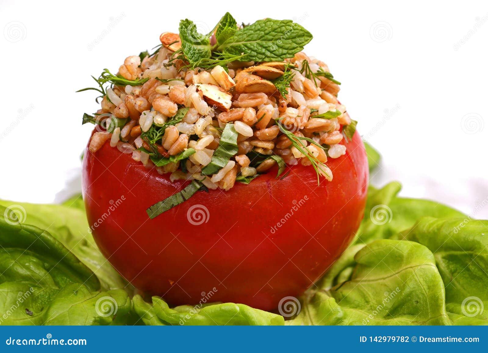 Tomate bourrée des grains et des écrous
