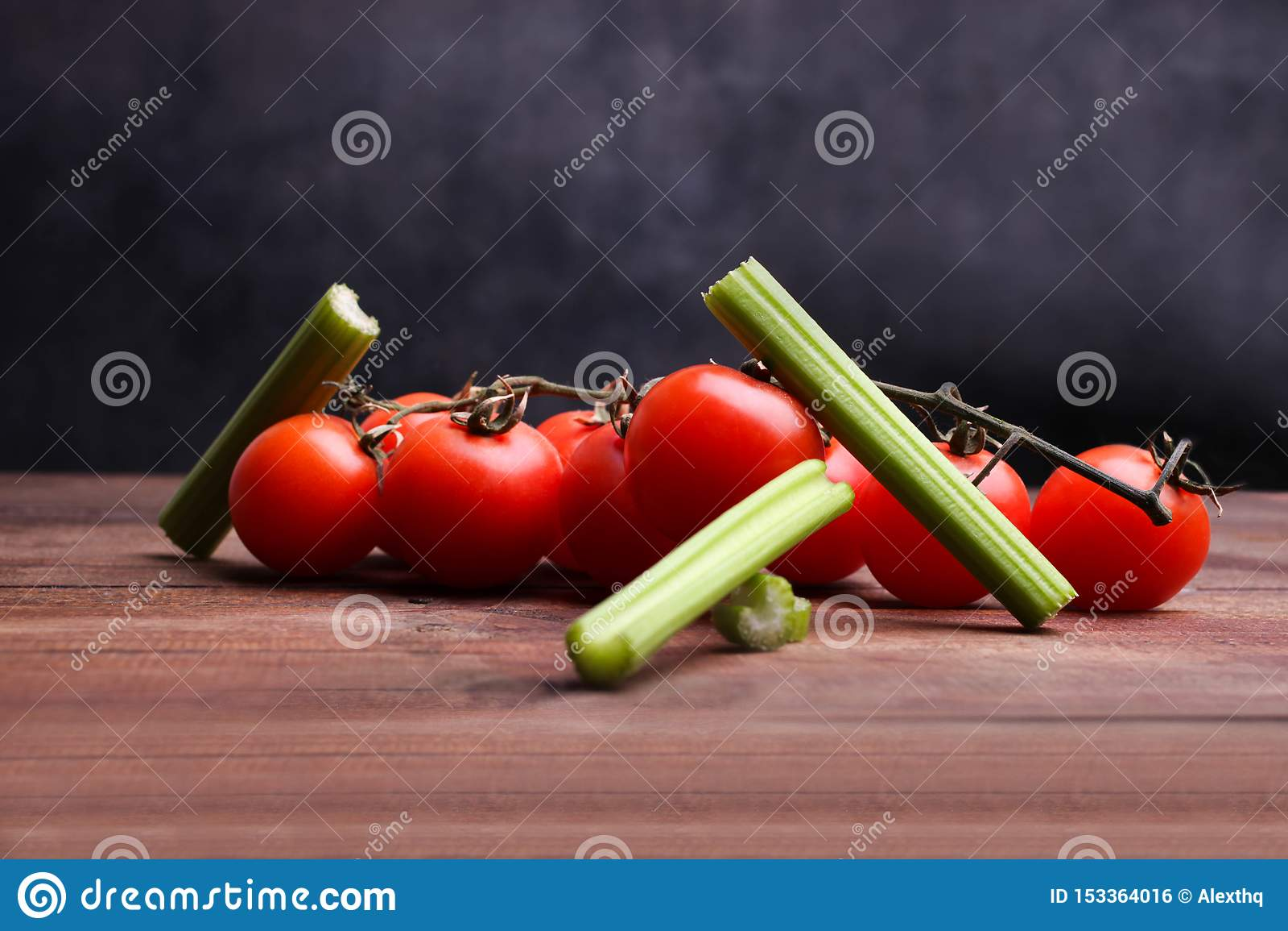 Tomate cortado del apio y de cereza