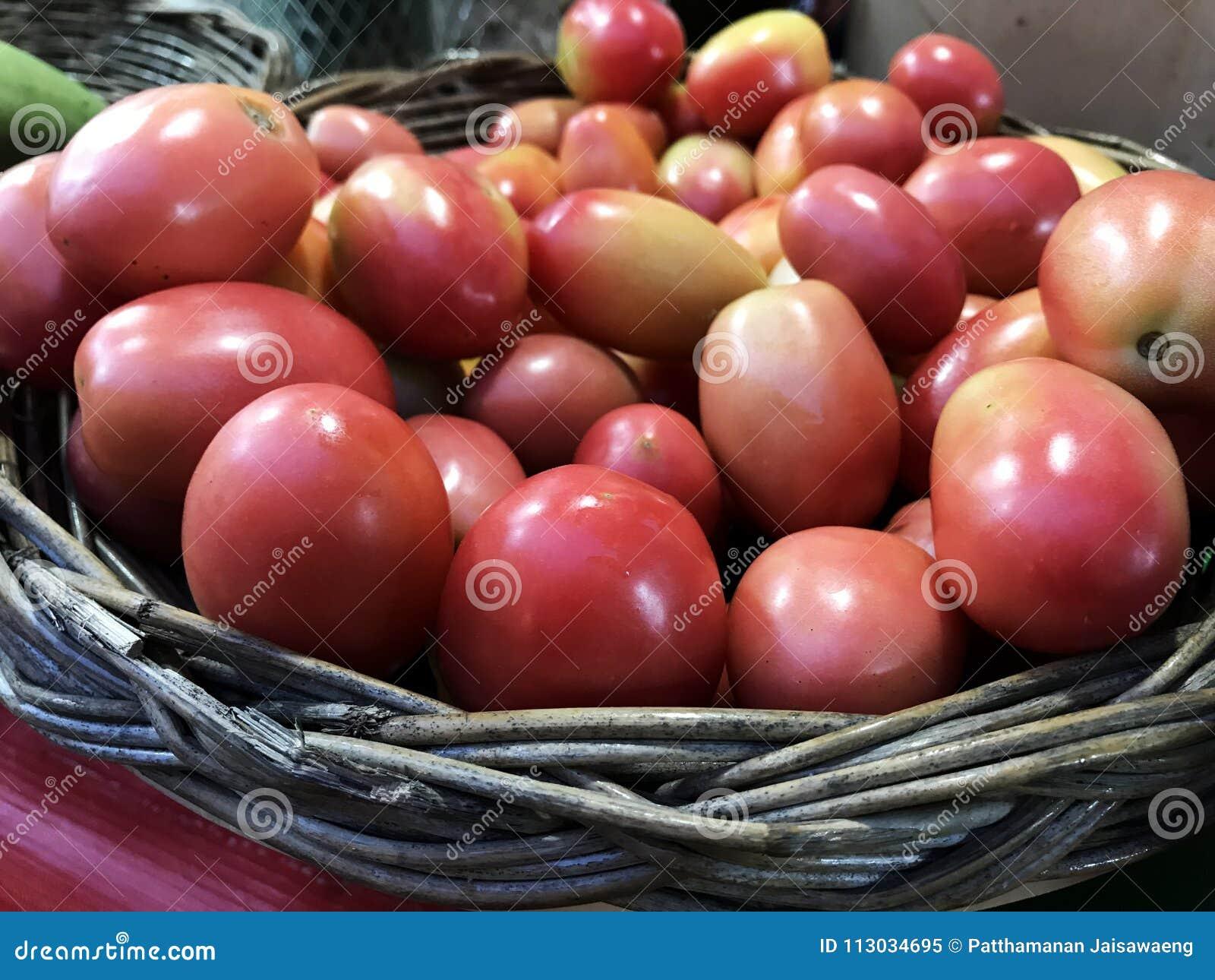 Tomate de Asia en cestas de mimbre en el mercado