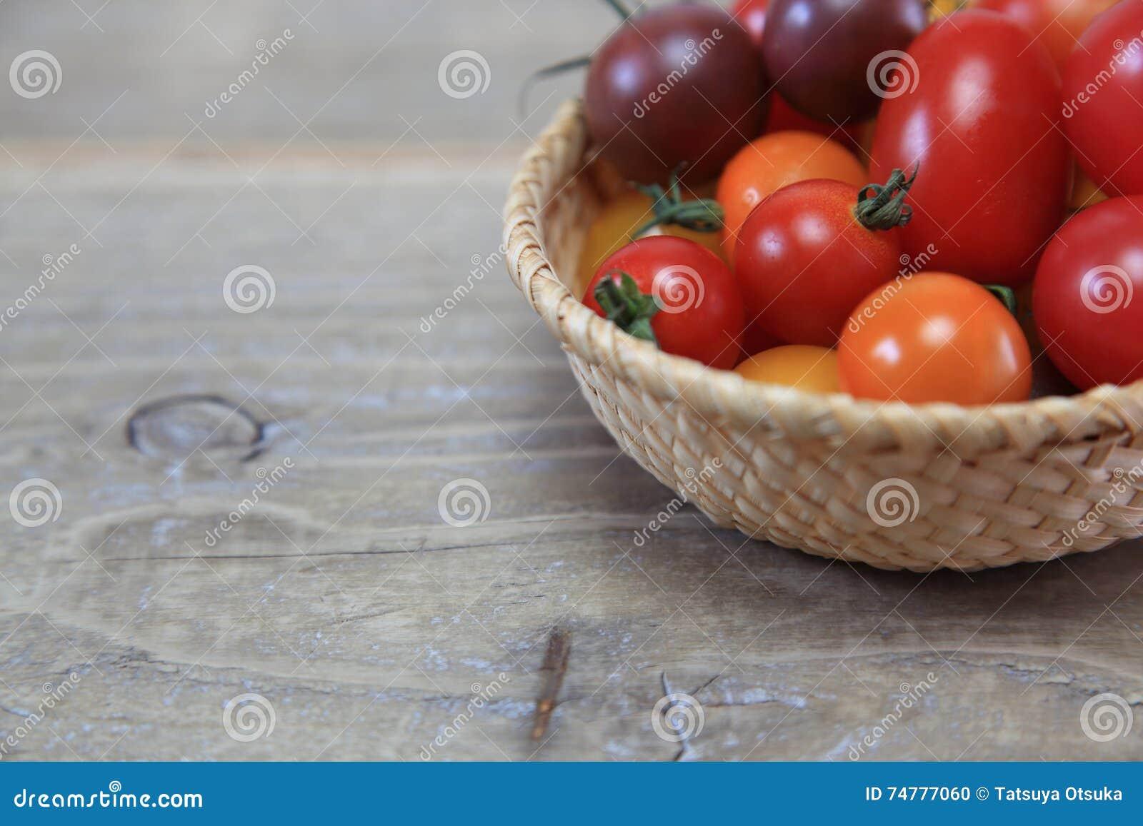 Tomate de la uva en una cesta