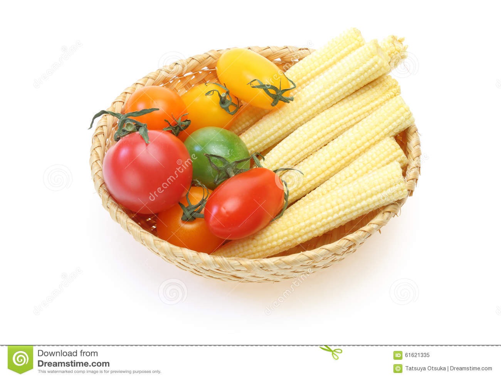 Tomate de raisin et maïs de bébé dans un panier