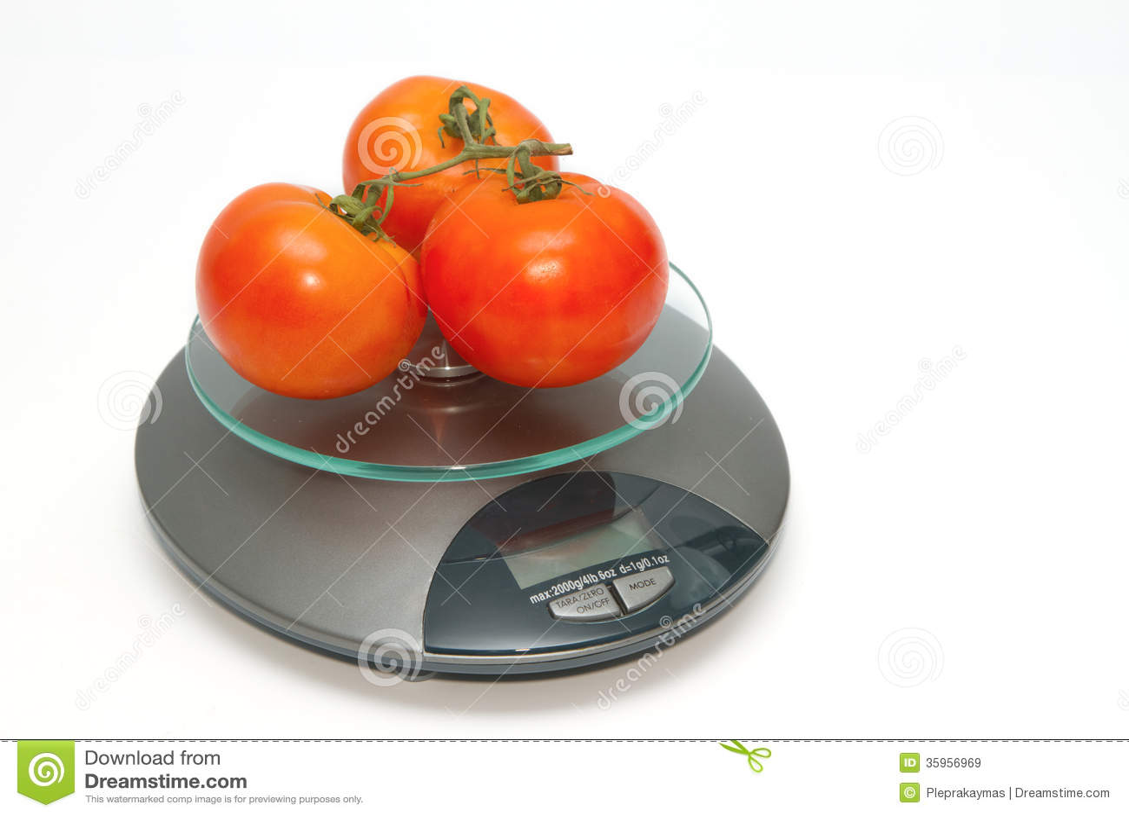Tomate fresco en escalas del peso