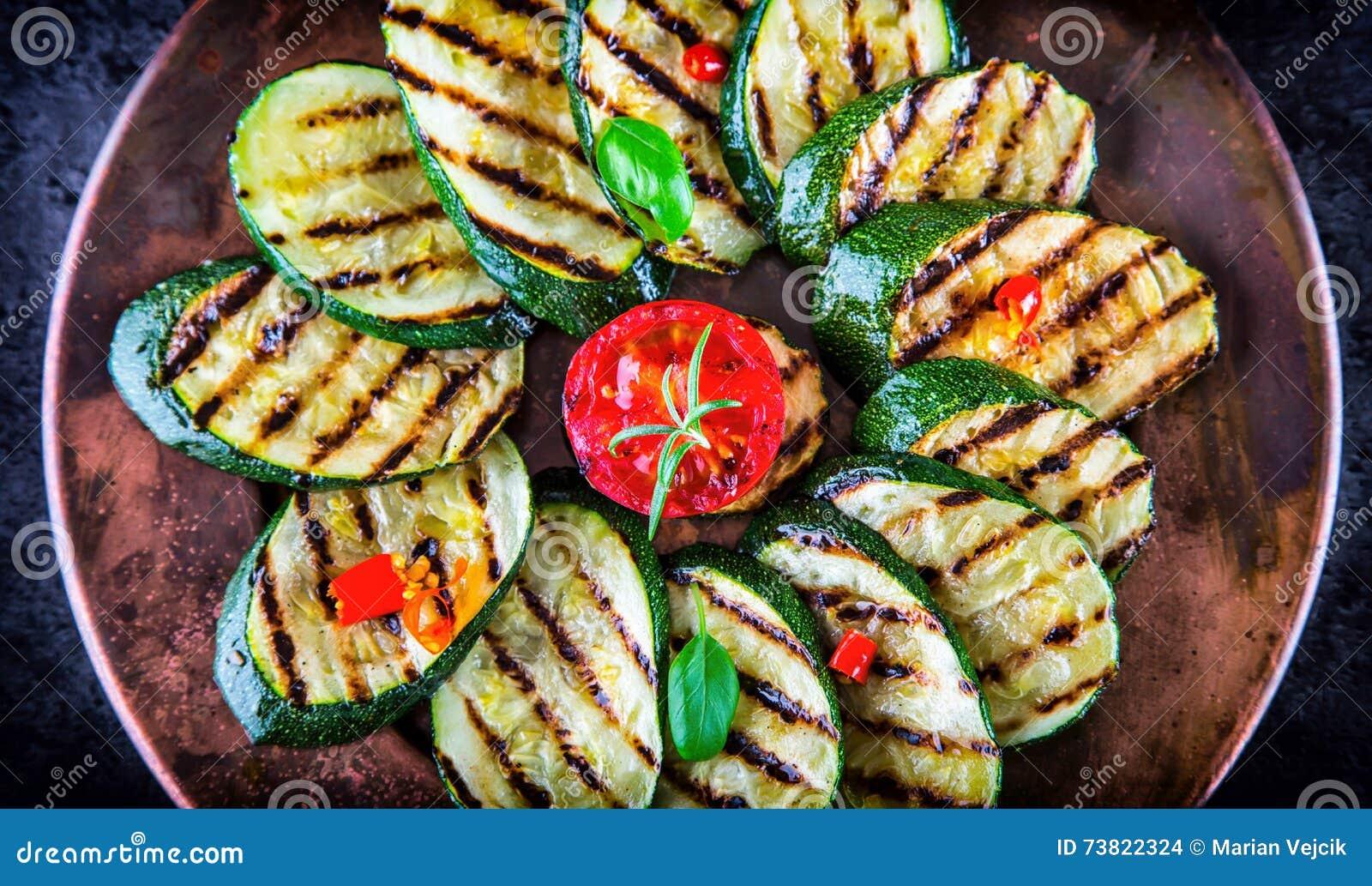 Tomate grelhado do abobrinha com pimenta de pimentão Culinária mediterrânea ou grega italiana Alimento do vegetariano do vegetari